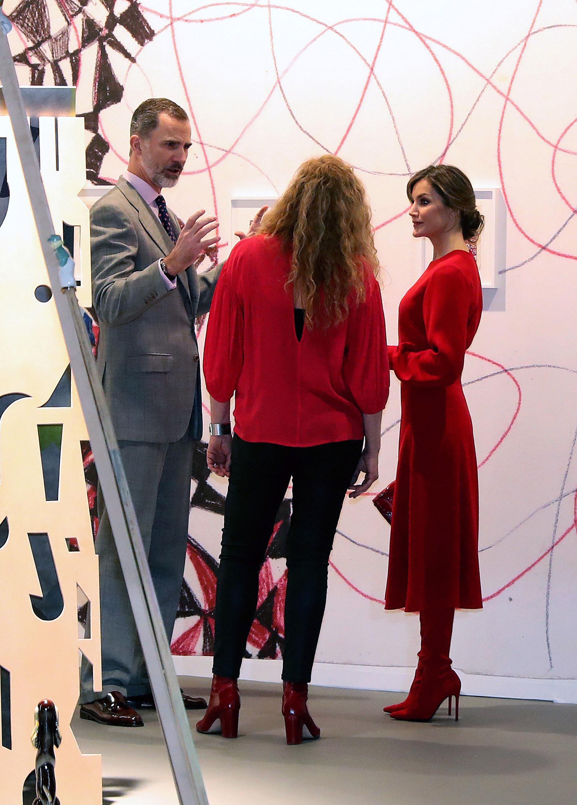 Los reyes recorrieron la feria y dialogaron con los galeristas y artistas que se acercaron a recibirlos /// Fotos: EFE