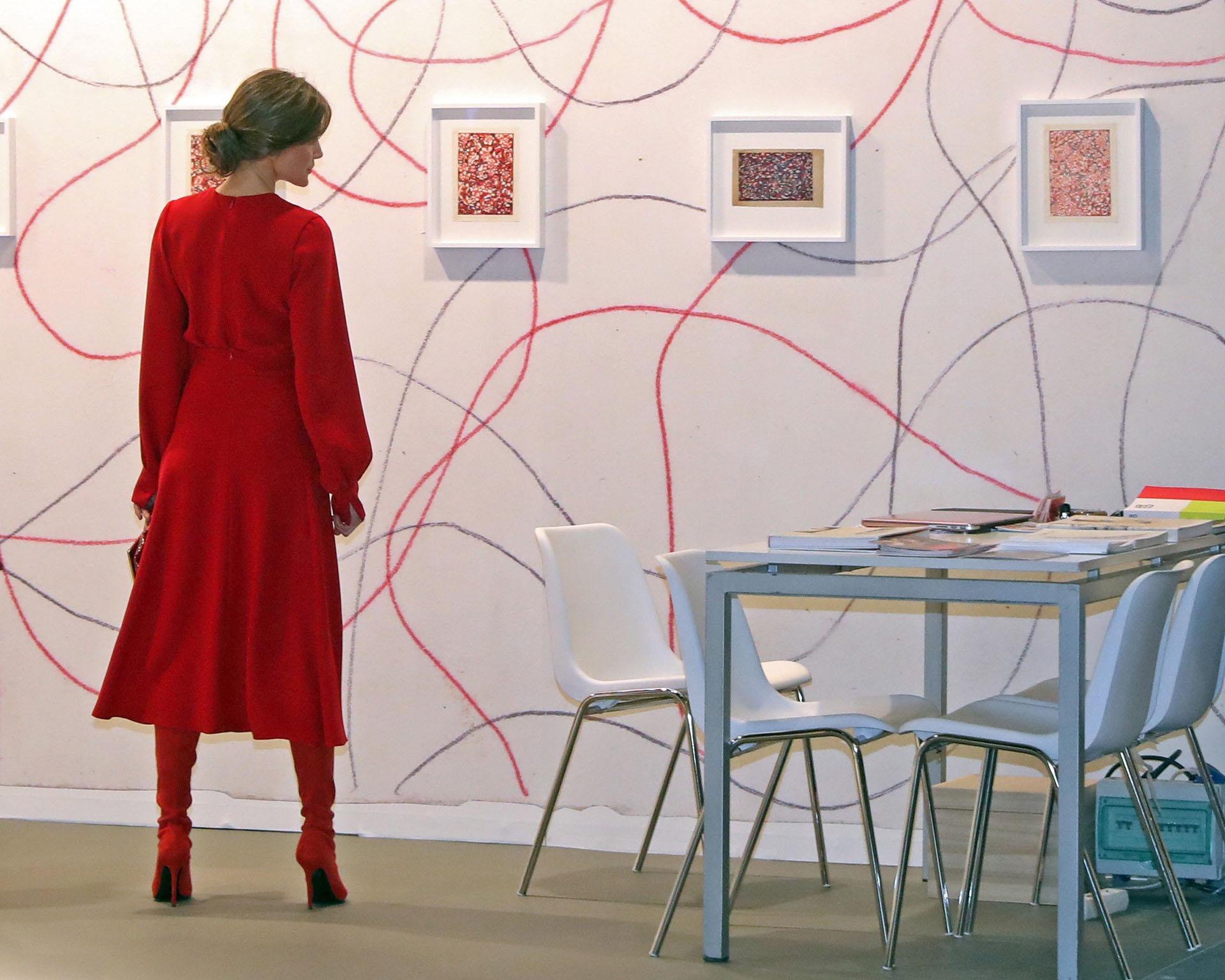 Letizia observa una de las obras que se exponen en la galería de Barbara Thumm, durante la inauguración oficial de la Feria Internacional de Arte Contemporáneo ARCO 2018
