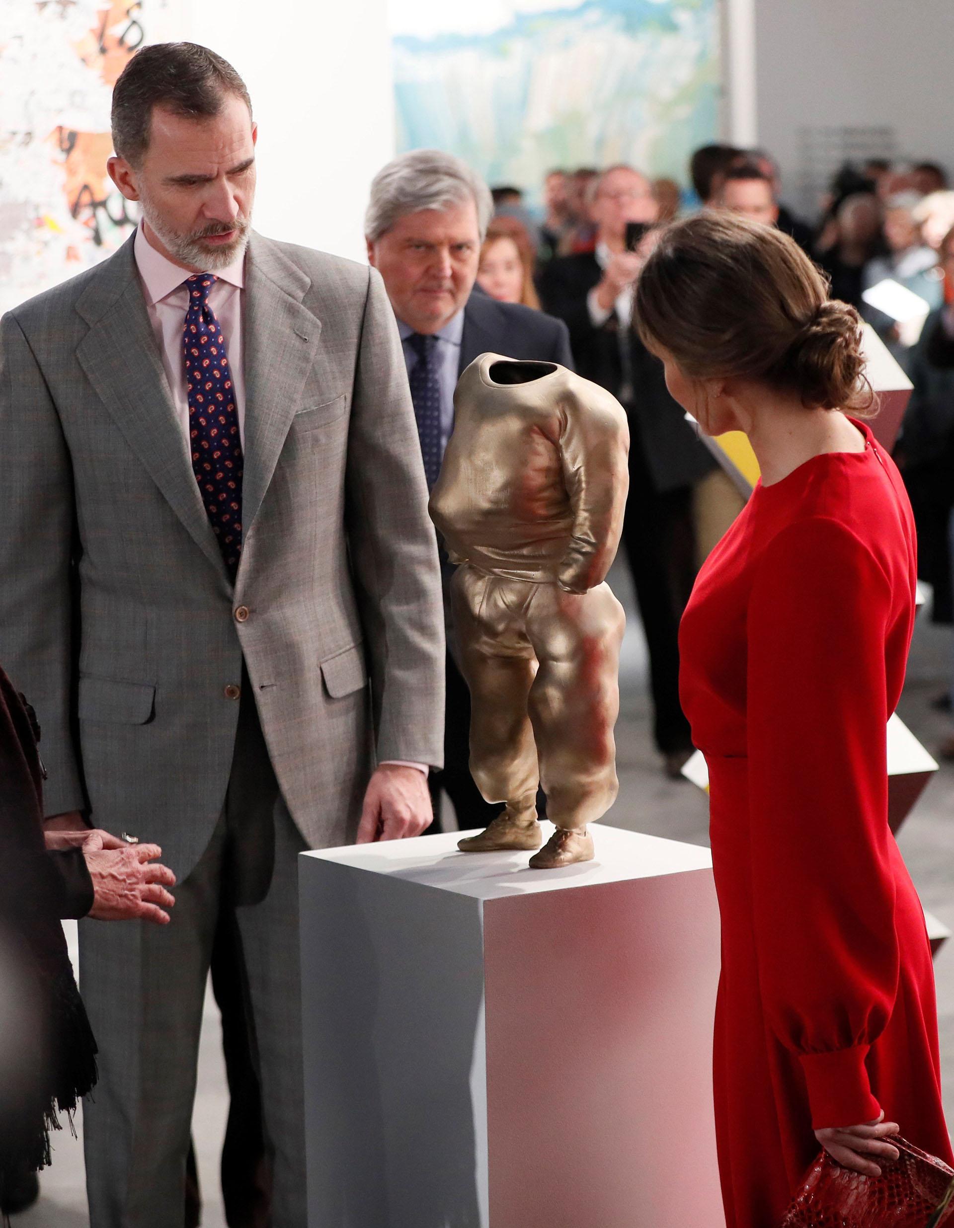 """Felipe y Letizia observan una escultura de bronce titulada """"He-Pop"""", de la serie """"Bad Thoughts"""" del artista austríaco Erwin Wurm, expuesta en el espacio de la galerista Cristina Guerra"""