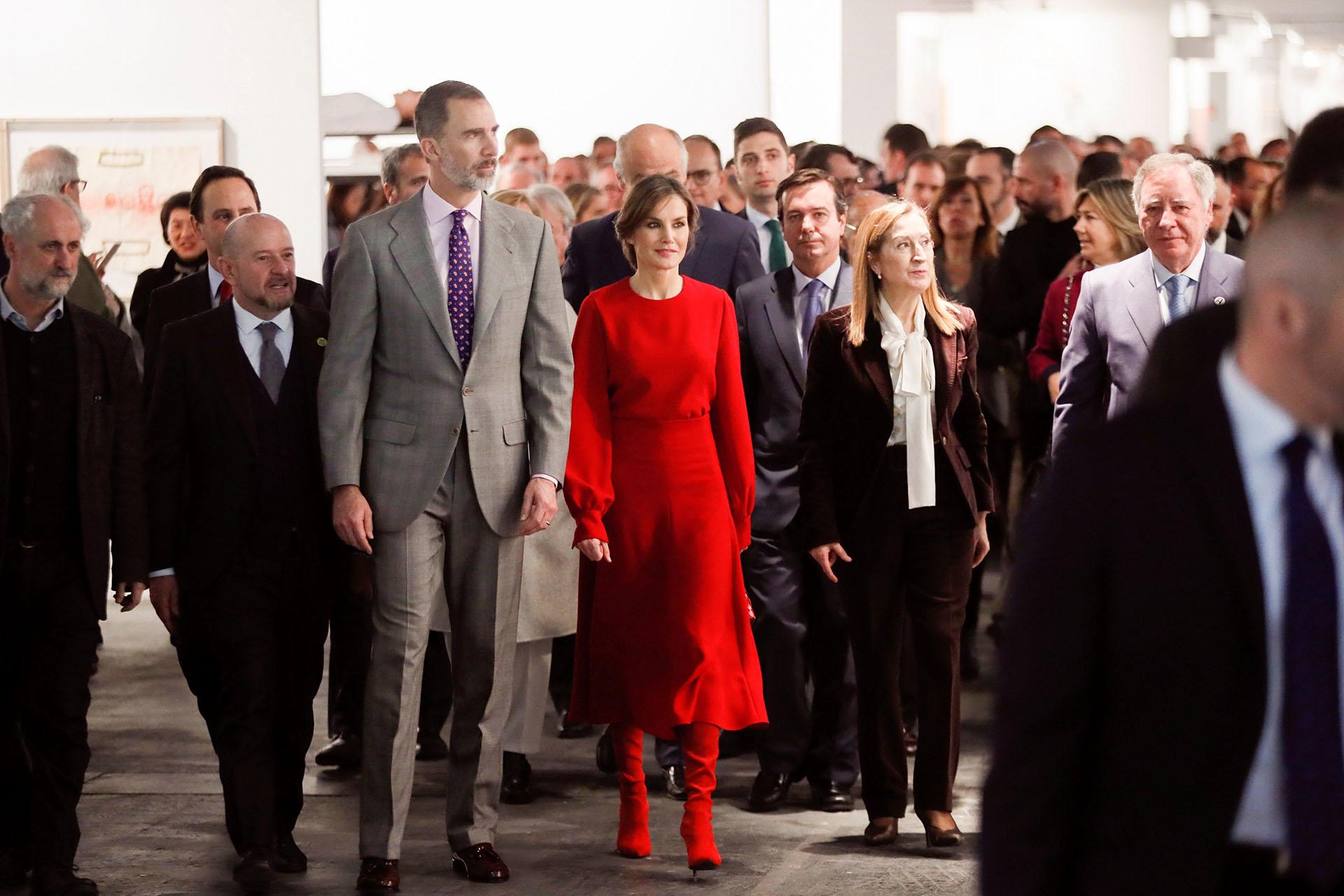 Letizia fue el centro de atención con este total look al rojo vivo, que incluyó una falda midi, grandes mangas y unas botas impactantes