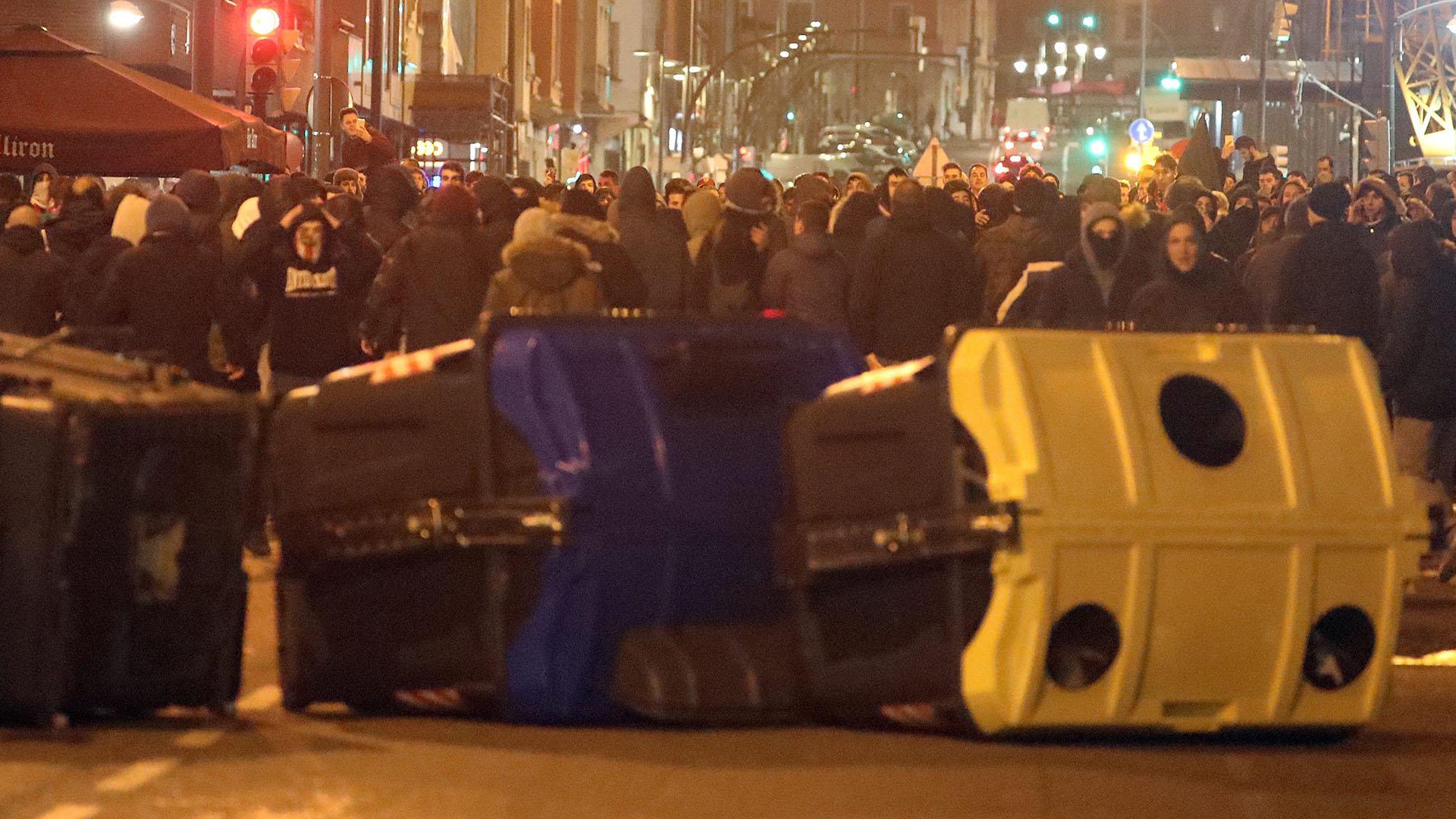 Los incidentes llegaron hasta las inmediaciones del estadio y allí intervino la policía