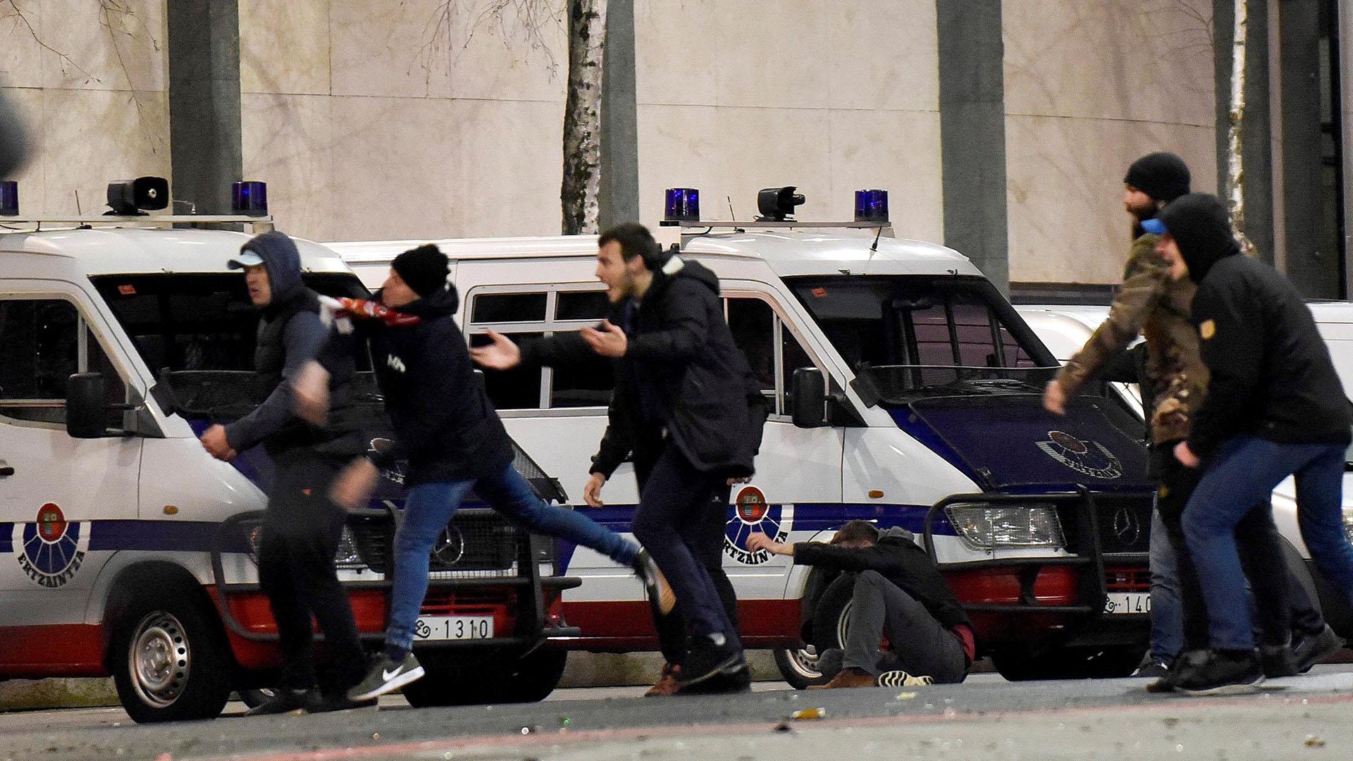 Un policía falleció en el medio del combate al ser alcanzado por una bengala