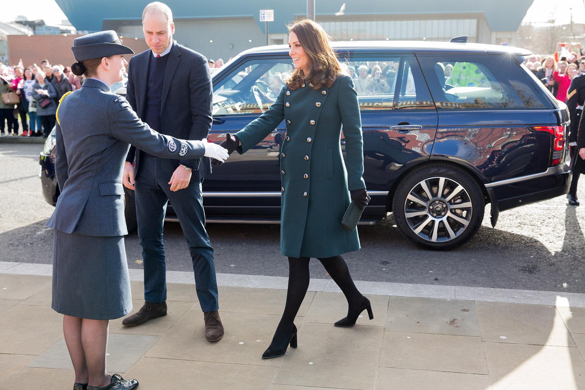 La llegada de Catalina de Cambridge y Guillermo de Inglaterra a The Fire Station, en Sunderland, al noroeste de Inglaterra