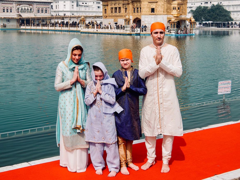 Trudeau junto a su familia, vestidos con ropa tradicional india durante una visita oficial en febrero de 2018 Public Relations Office Govt. Of Punjab via AP)