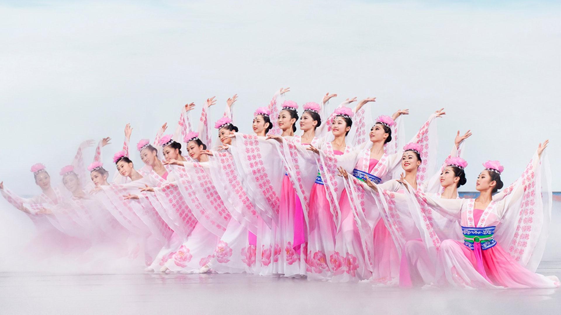 50 artistas en escena combinan danzas milenarias con la última tecnología digital.