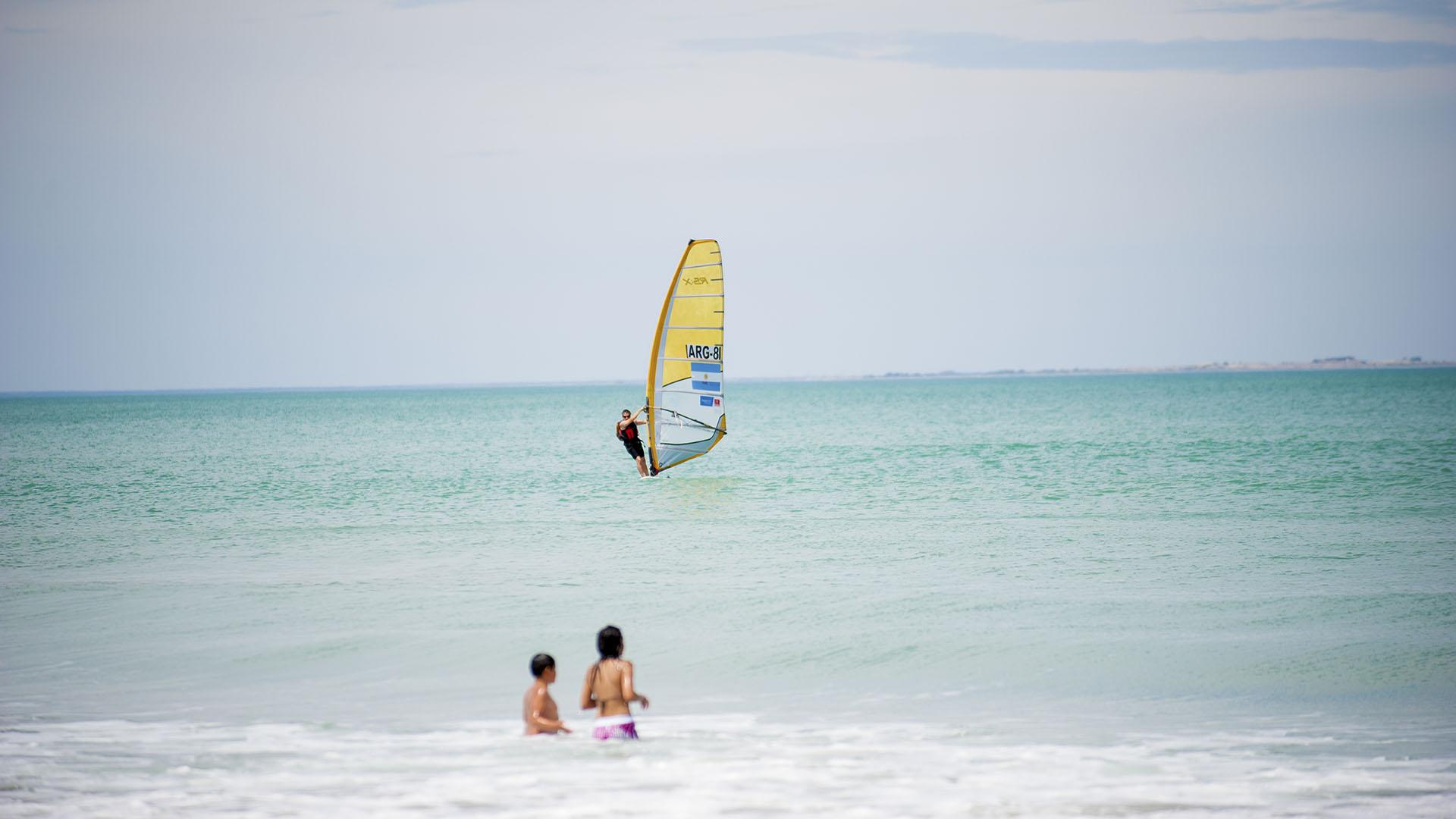 Una de las opciones es practicas Windsurf en Las Grutas. (Mintur)