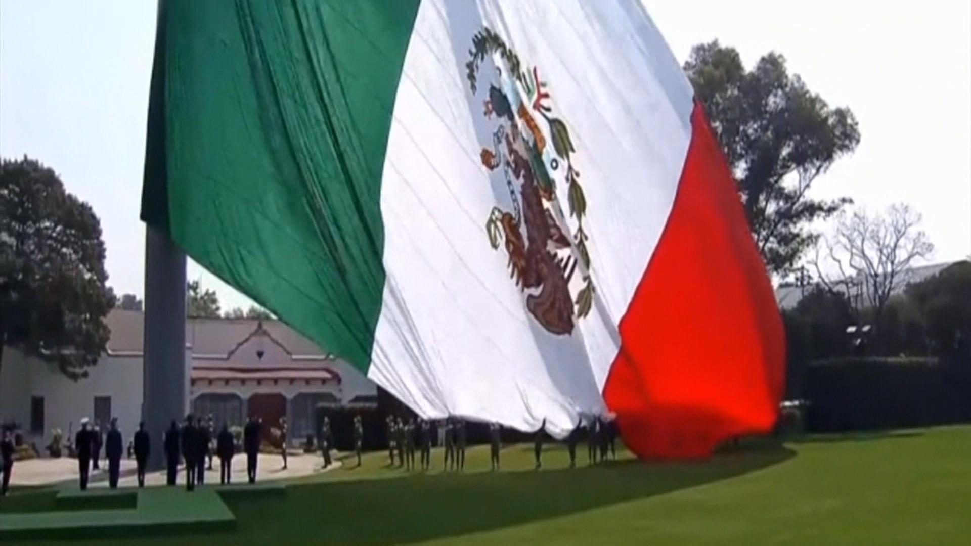 Izaron Al Revés La Bandera Mexicana En Un Acto Oficial Del Presidente Enrique Peña Nieto Infobae