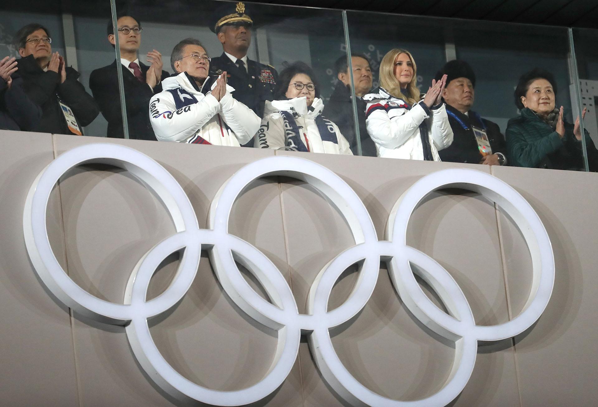 El presidente de Corea del Sur,Moon Jae-in, su esposa Kim Jung-sook e Ivanka Trump,hija y asesora del presidenteDonald Trump