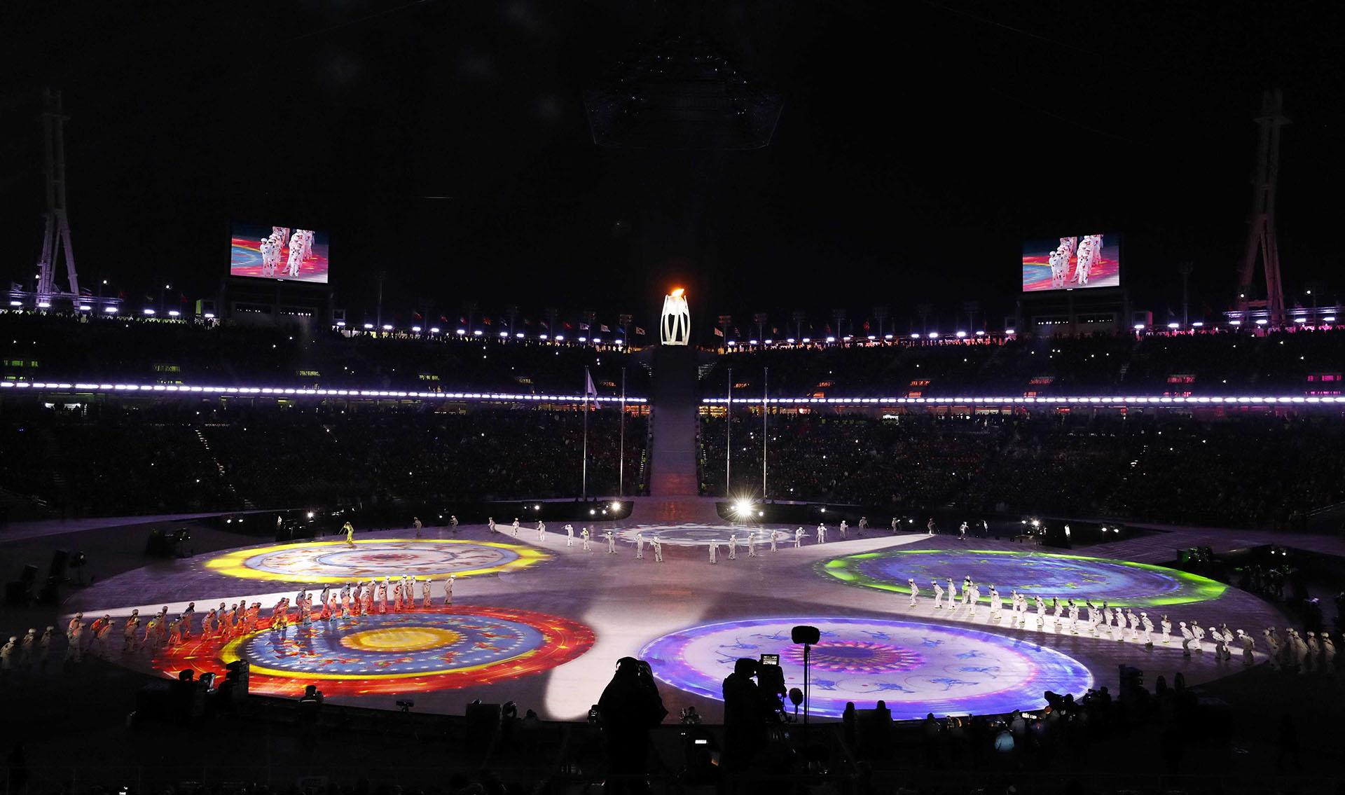 El pebetero olímpico observa la ceremonia