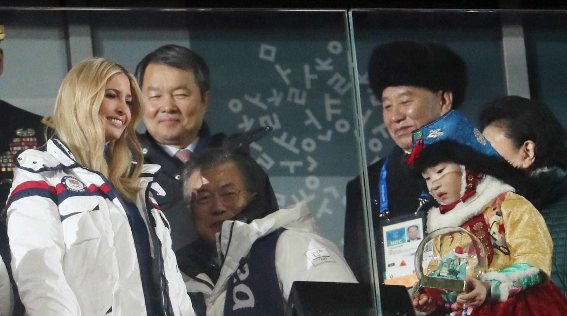 Ivanka Trump, el presidente surcoreano Moon Jae-in y el general norcoreano Kim Yong Chol, en el palco oficial (Reuters)