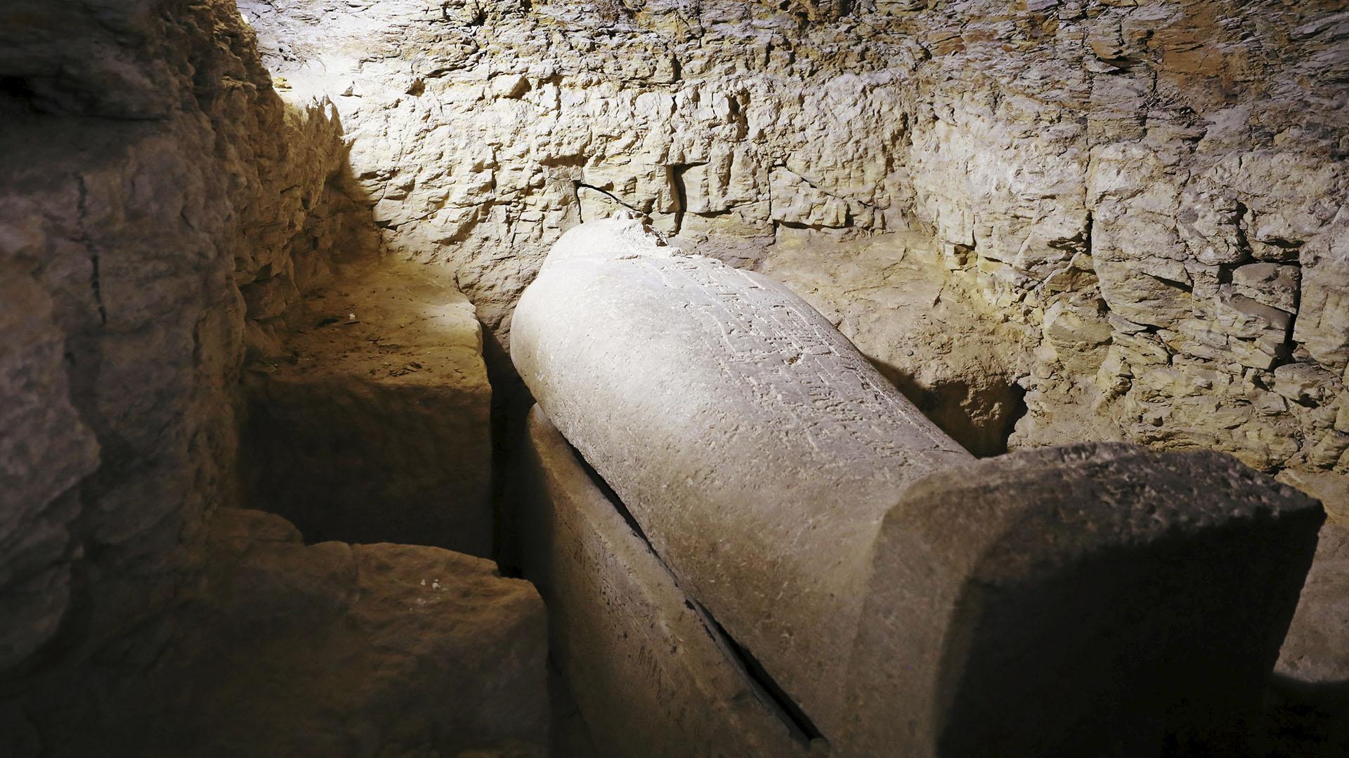 Las excavaciones en la zona comenzaron a fines de 2017 para hallar el resto del cementerio de lo que fue la 15ta División del Alto Egipto en tiempos antiguos. Hallaron tumbas de sacerdotes de Tot, el dios de la luna y la sabiduría
