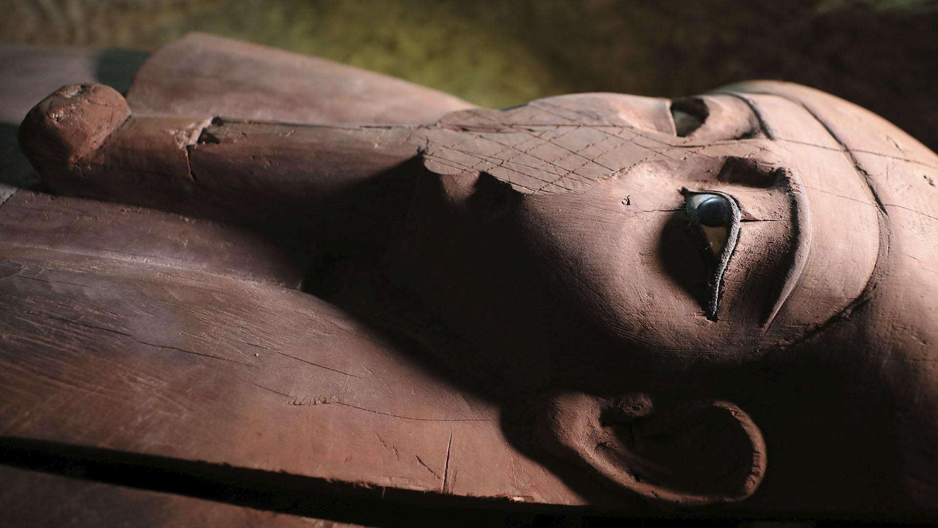 Otra tumba contiene ataúdes, estatuas de sacerdotes y otros artefactos fúnebres