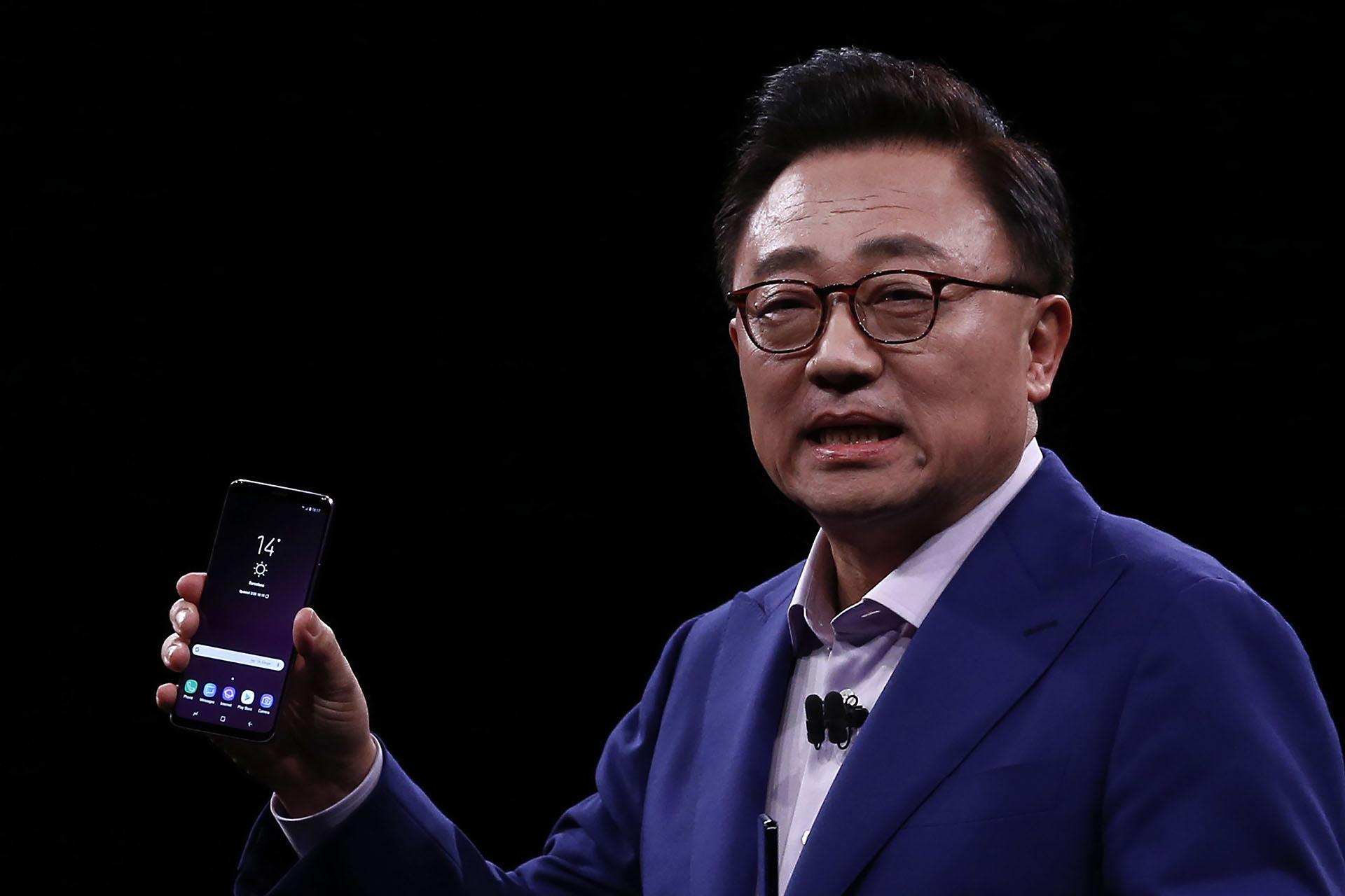 """Samsung presentó nuevos teléfonos inteligentes con diseñosquemantienen la pantalla """"infinita""""e incluyen mejores graduales,conalgunas funciones premium integradas a la cámara(AP Photo/Manu Fernandez)"""