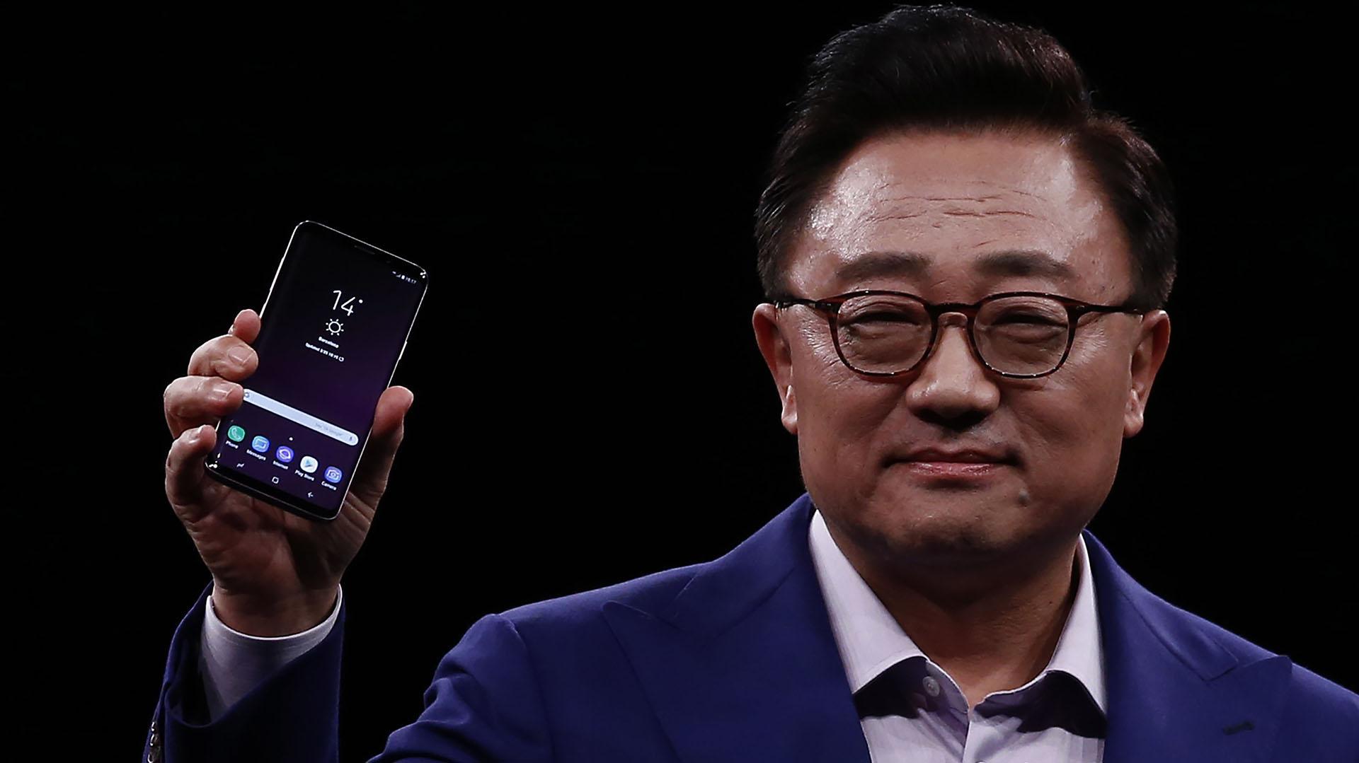 DJ Koh, presidente de Samsung, muestra el nuevo Galaxy S9, durante el evento Samsung Galaxy Unpacked 2018 en la víspera de uno de los eventos más importante de smartphones de todo el mundo (AP Photo / Manu Fernandez)