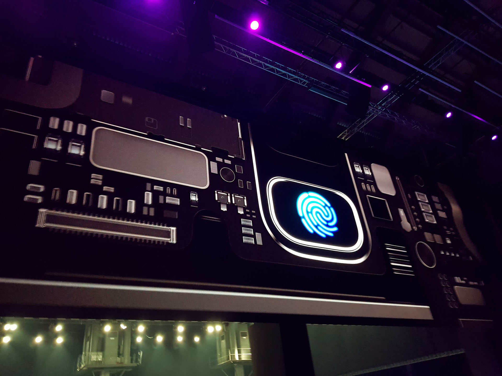 Bixby es parte integral del nuevo buque insignia de Samsung. Es un asistente virtual integrado al teléfono: basta apuntar la cámara a diferentes objetos para que el sistema haga un reconocimiento inteligente de ellos y ofrezca información en tiempo real