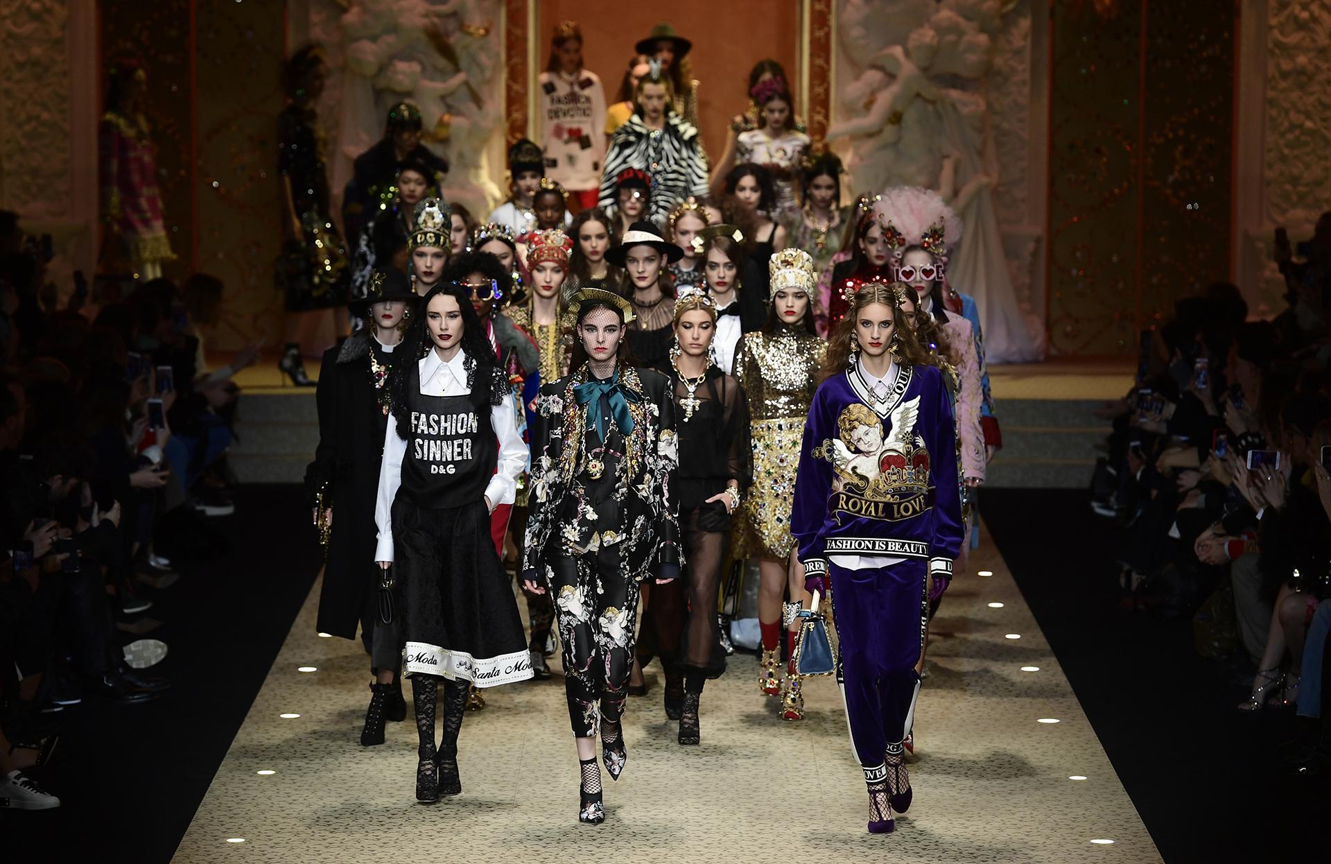 Las modelos lucieron estampas 'sacras', piezas bordadas, abrigos con apliques, brillo y pedrería (AFP)