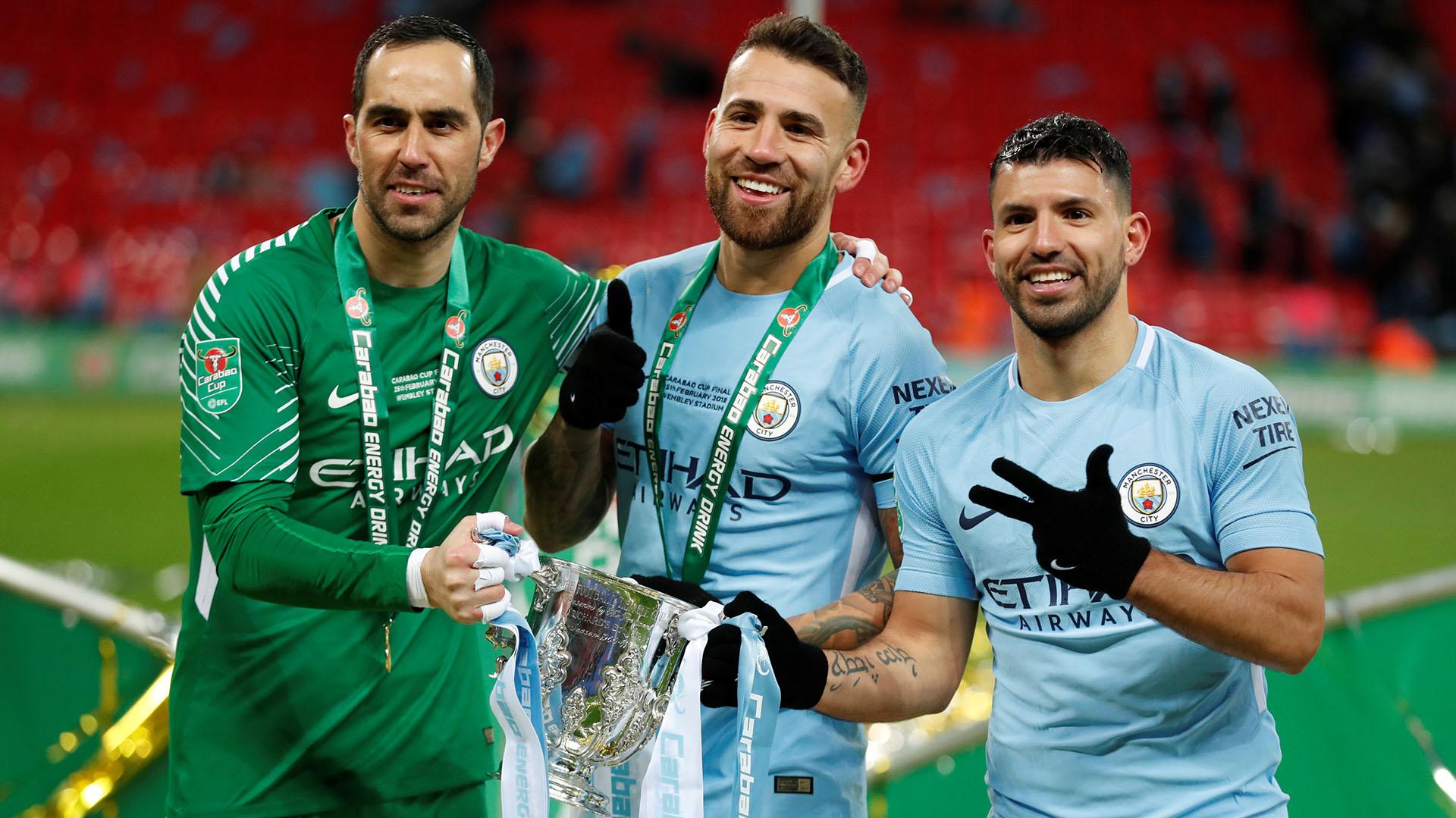 Claudio Bravo, Nicolás Otamendi y Serguio Agüero con la Copa de la Liga conseguida hace unos meses(Reuters)