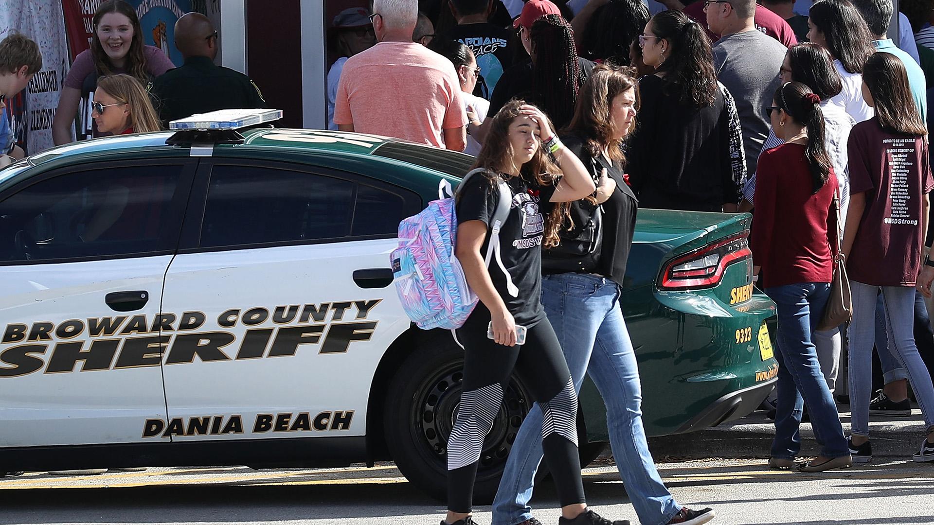 Estudiantes y padres pudieron entrar al campus por primera vez desde el tiroteo (AFP)