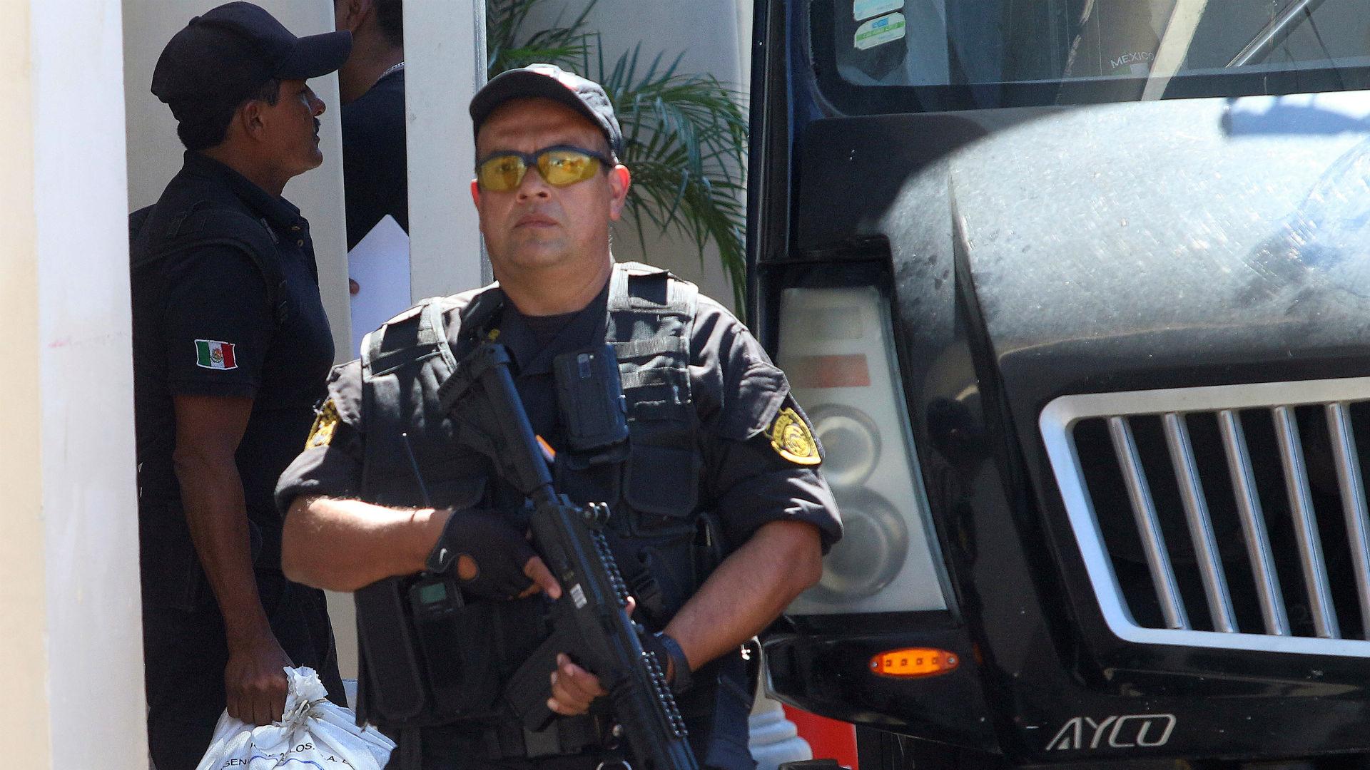 Un policía mexicano durante la investigación sobre los italianos desaparecidos en Tecalitlan, Jalisco (REUTERS/Fernando Carranza)