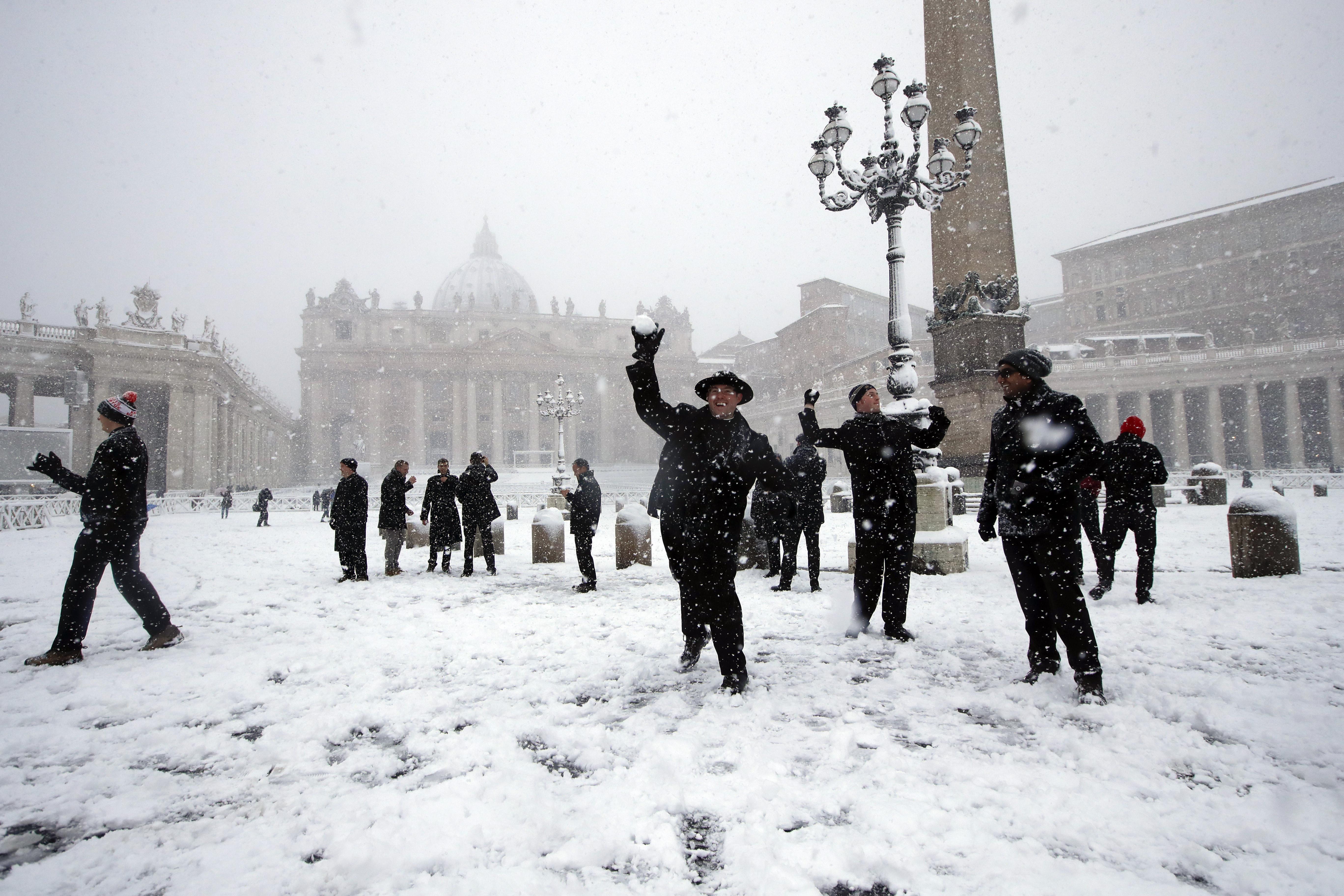 Guerra de bolas de nieve en la Plaza San Pedro.