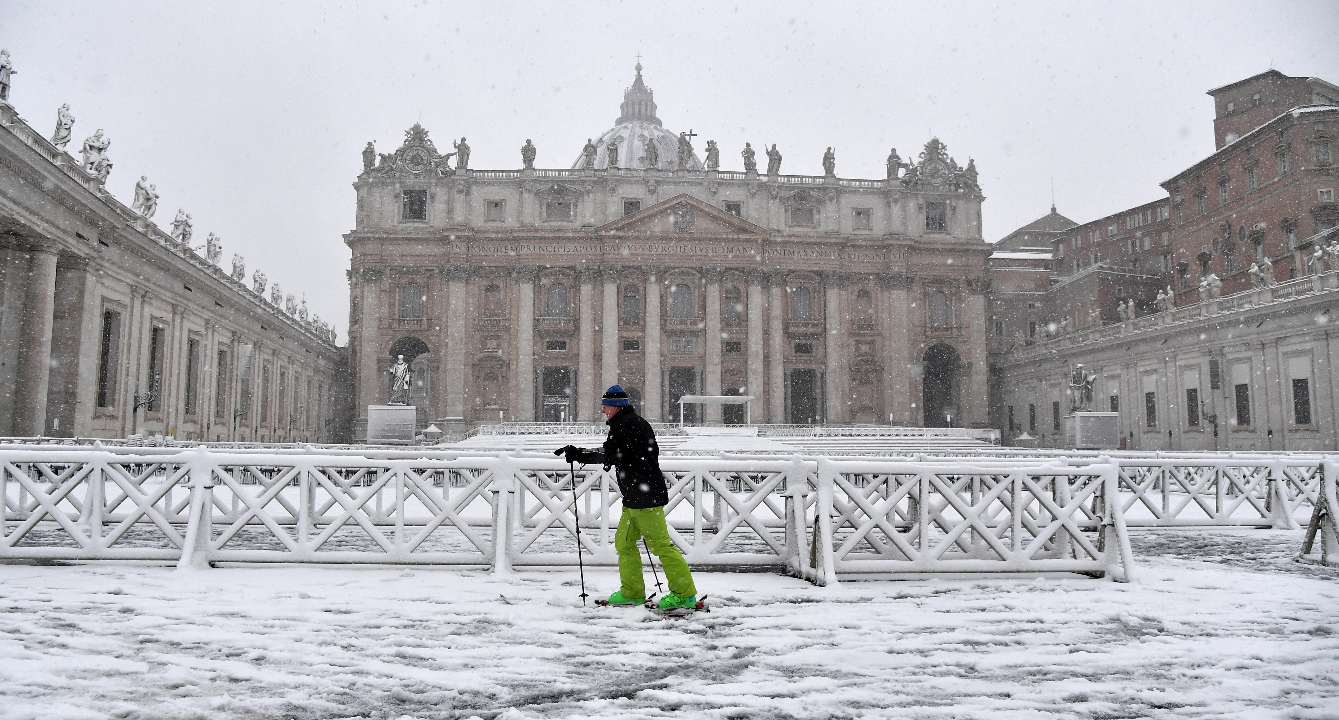 Un esquiador en la plaza San Pedro (AFP)