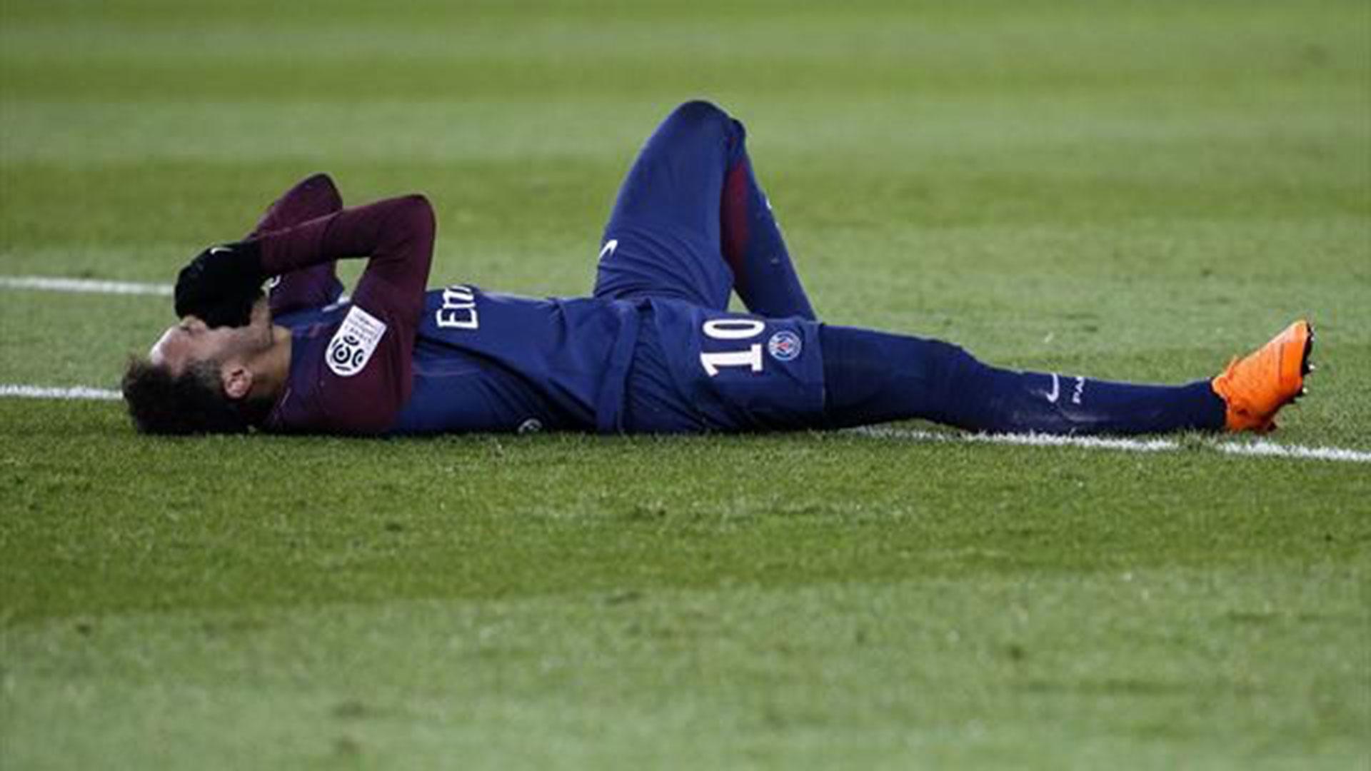 Neymar sufrió un esguince de tobillo y una fractura del quinto metatarsiano del pie derecho