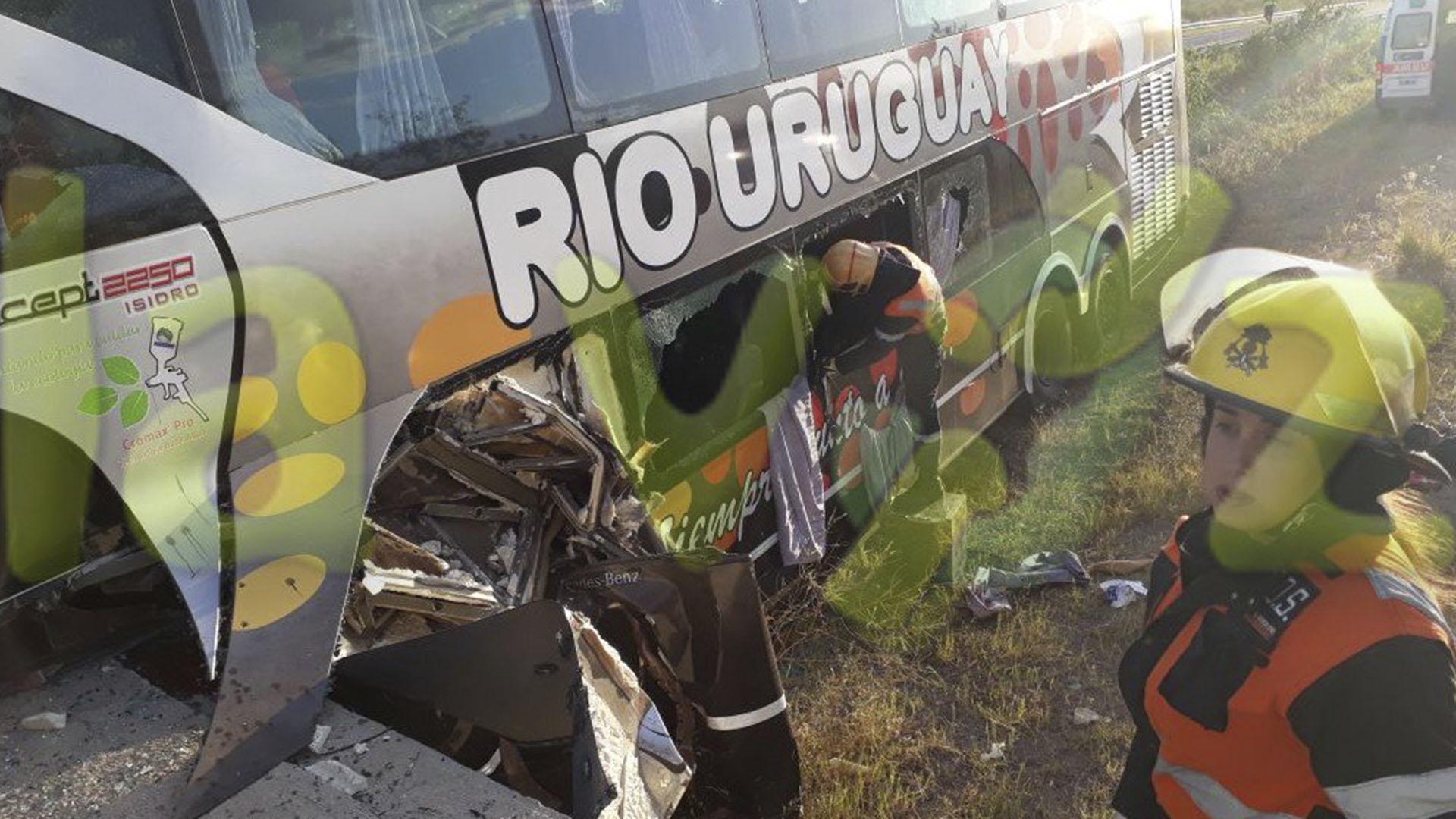Resultado de imagen para chocó un micro que trasladaba a un equipo de fútbol infantil dos muertos y más de diez heridos