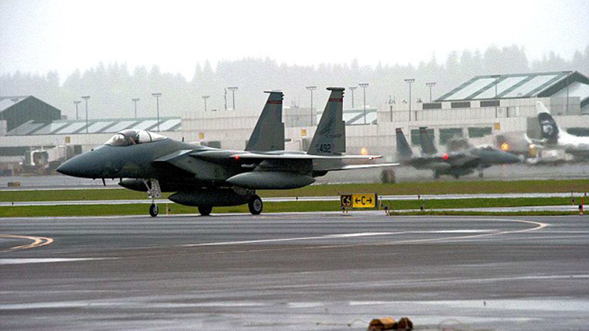 Un avión de combate F-15 que despegó en búsqueda del OVNI
