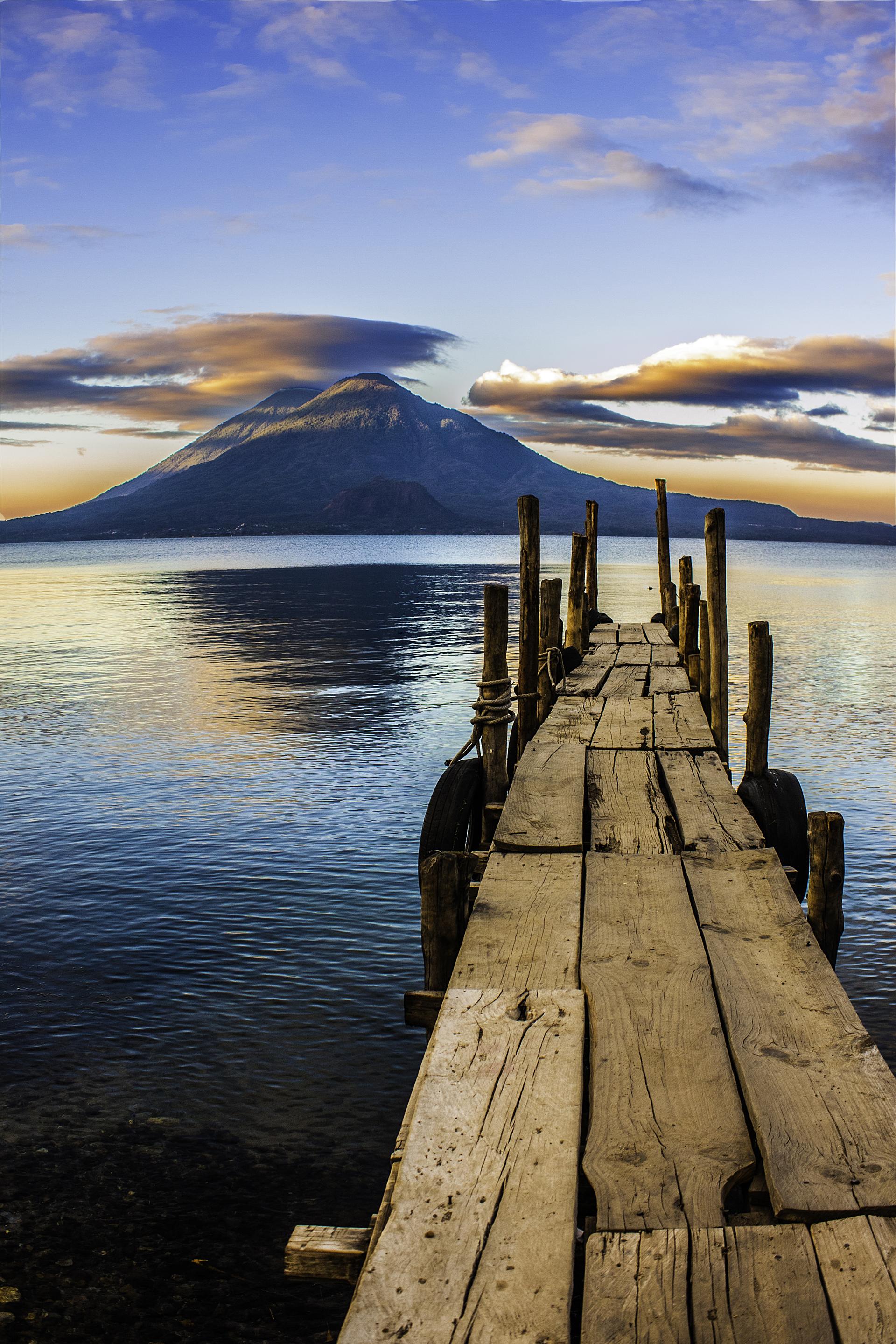 El lago de Atitlán se encuentra en un cráter volcánico en el suroeste de Guatemala (getty)