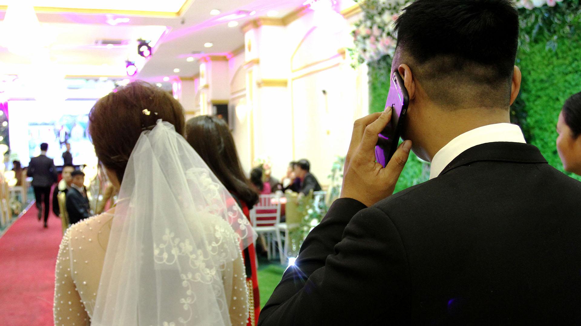 Este casamiento falso, con actor incluido para representar al novio, costó 1400 dólares (AFP)