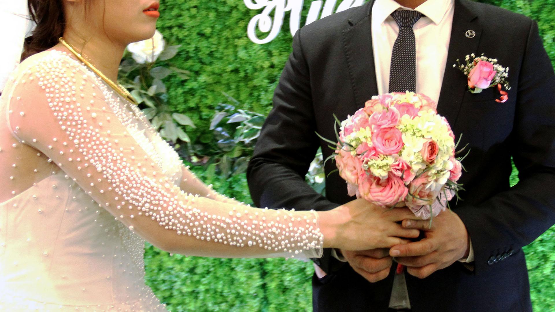 Una pareja de enamorados, cuya unión fue rechazada por sus familias, decidió casarse de todas formas con la asistencia de una familiar alquilada (AFP)