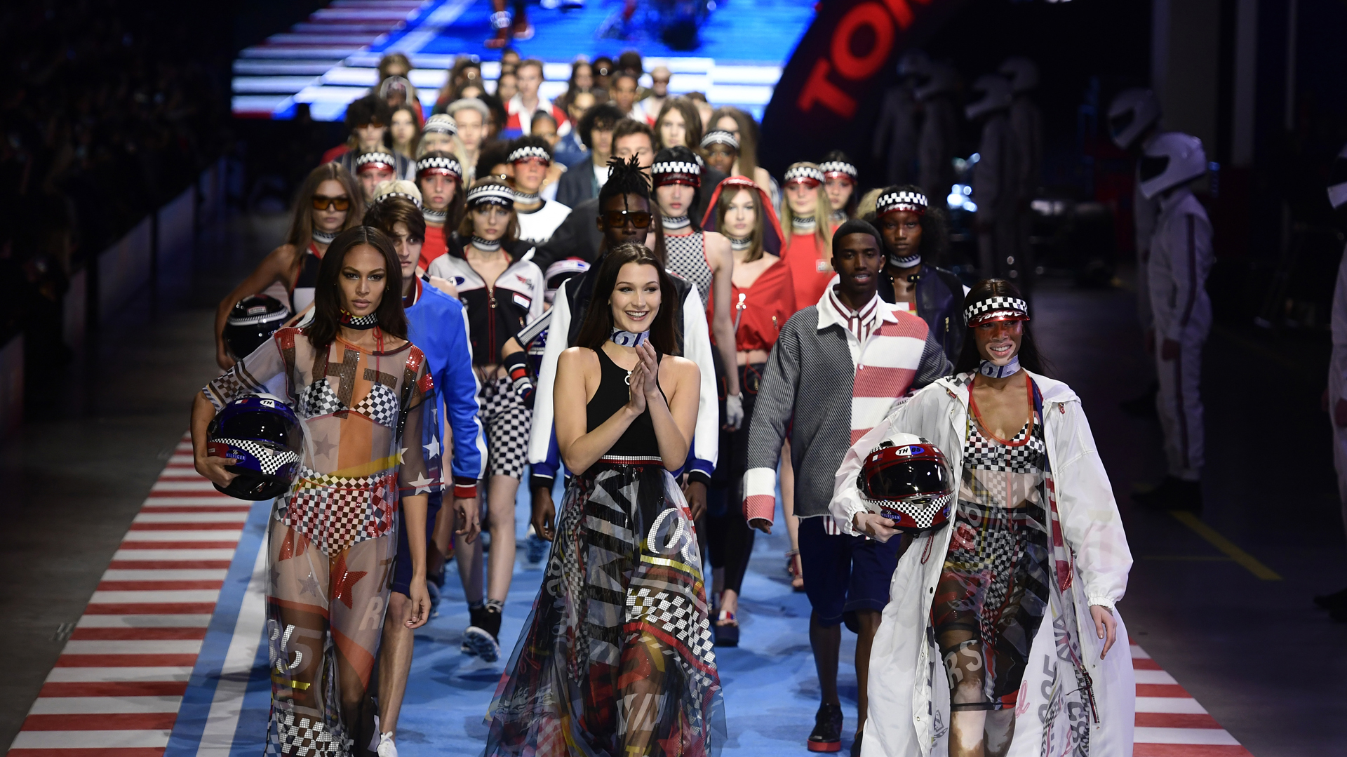 Joan Smalls, Bella Hadid y Winnie Harlow, en el increíble desfile de Tommy Hilfiger en Milán ( AFP PHOTO / Miguel MEDINA)