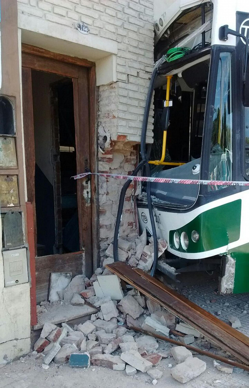 Agentes de Guardia de Auxilio del gobierno porteño apuntalarán la estructura de la vivienda antes de sacar el colectivo