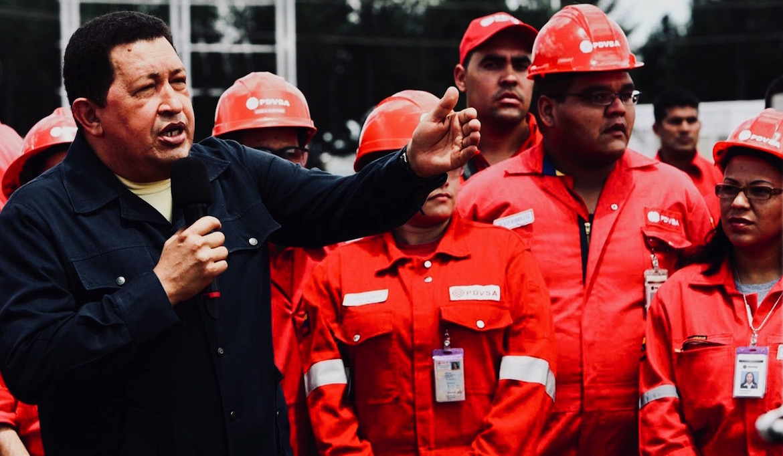"""Hugo Chávez junto a empleados de PDVSA, cuando los altos precios internacionales del petróleo alimentaban su """"Revolución Bolivariana"""""""