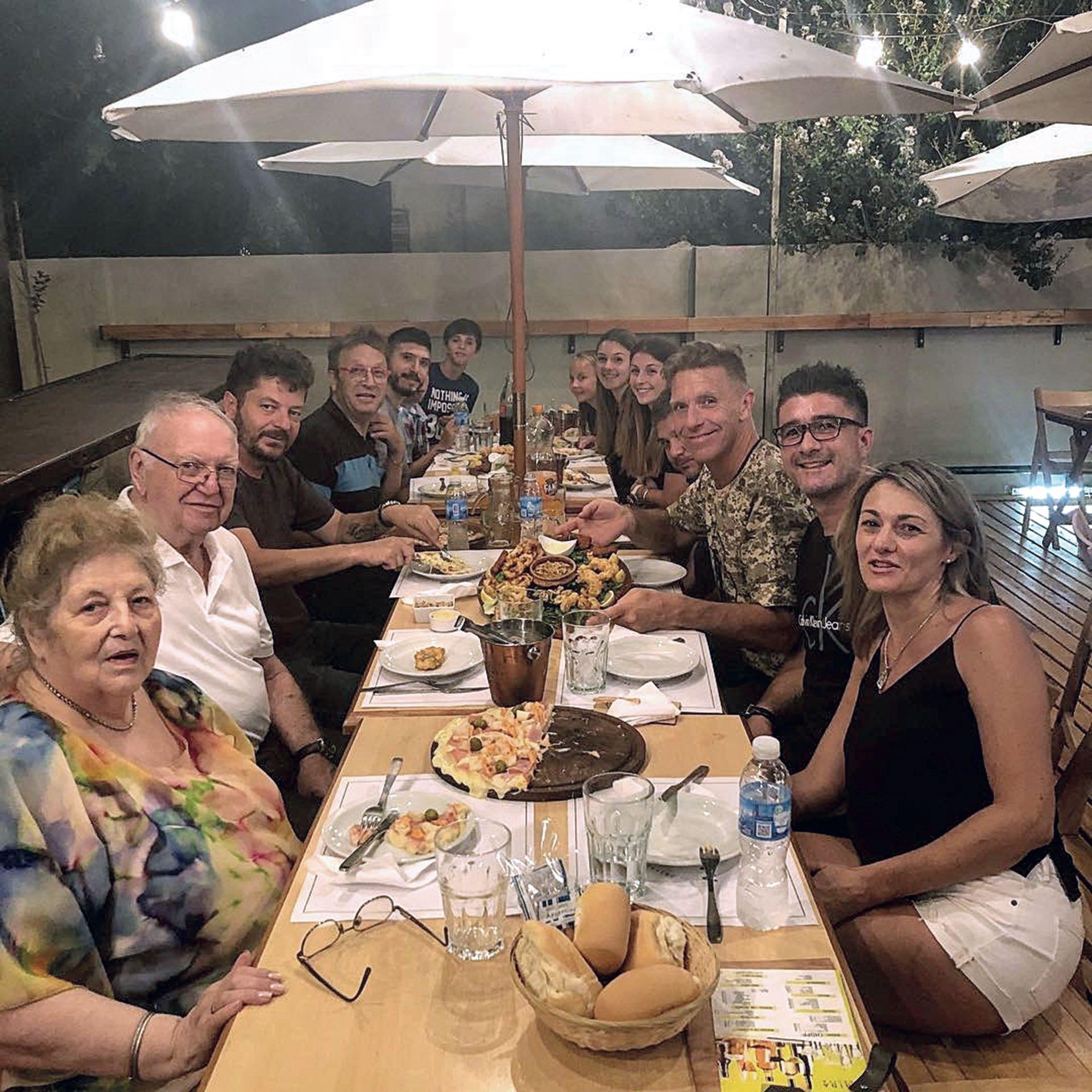 En familia. Fantino le presentó a sus padres a su nueva novia (Foto Instagram)