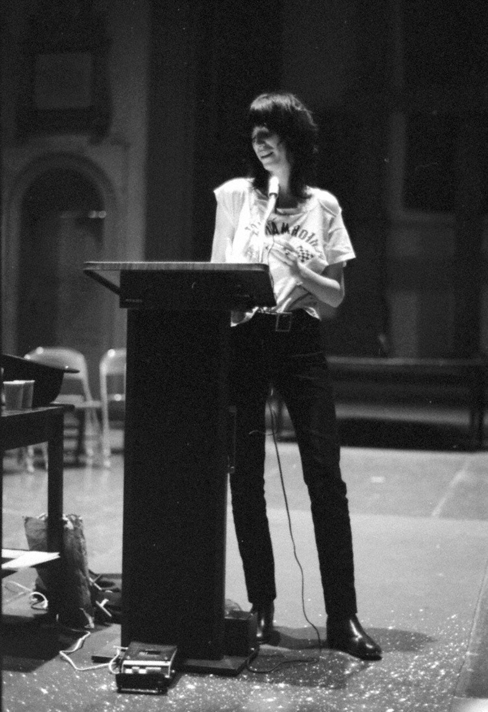 """Durante un recital de poesía del """"Poetry Project"""" en St. Marks"""