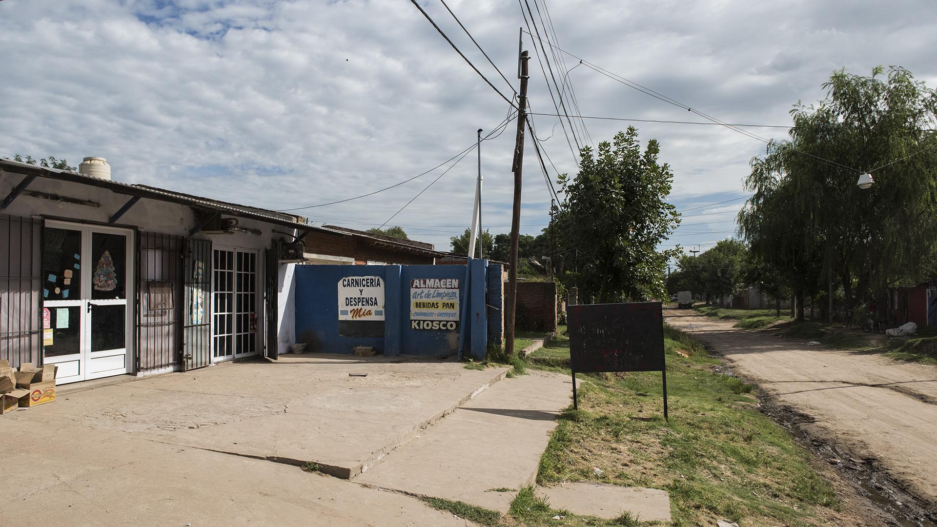El almacén del barrio Ricardo Rojas donde Camila debía llegar a comprar cigarrillos. Carlos Varela la interceptó en el camino. (Adrián Escandar)