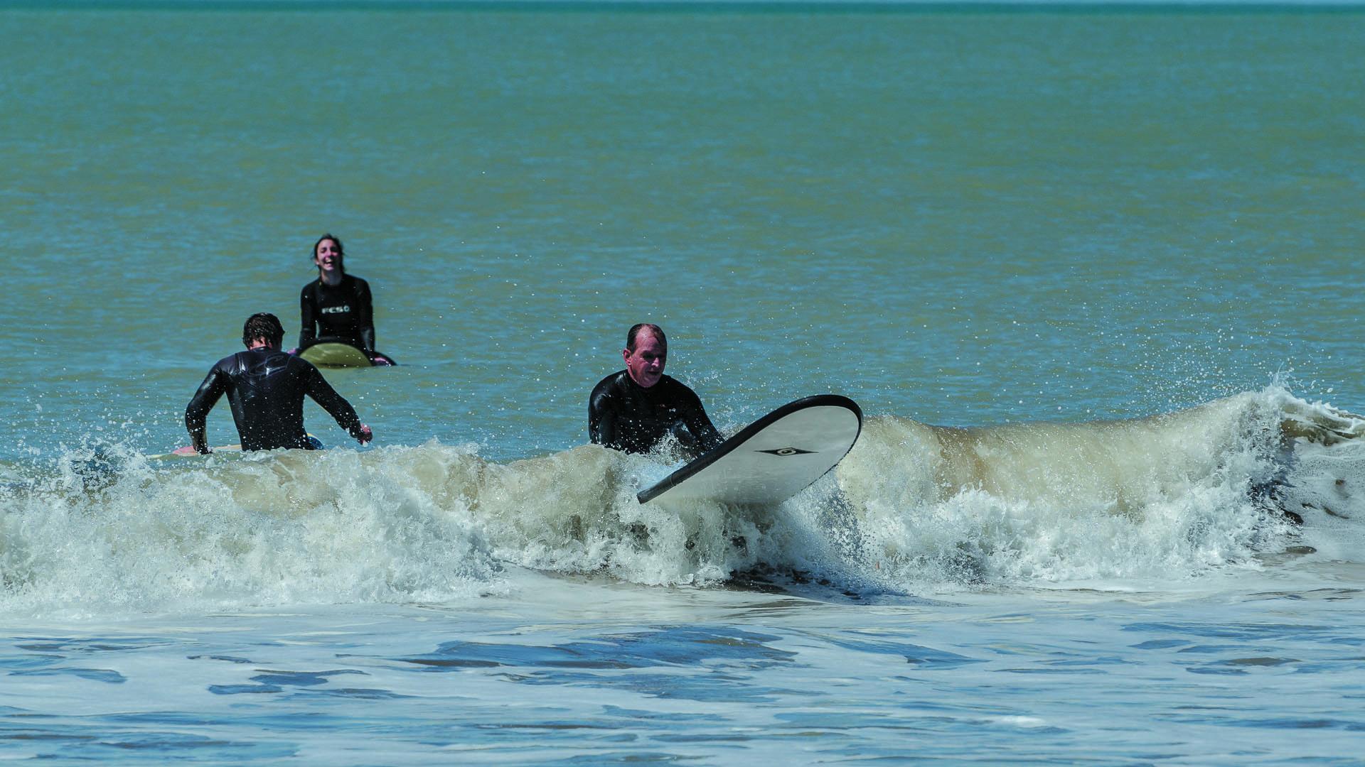 El surf es uno de los deportes favoritos en las olas