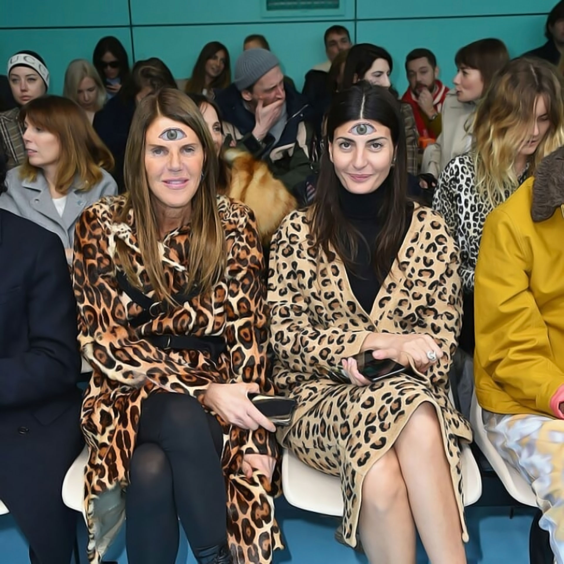 Entre las celebrities del front row, Anna Dello Russo, la directora de Vogue Japón, siguiendo de cerca el espíritu de la colección.