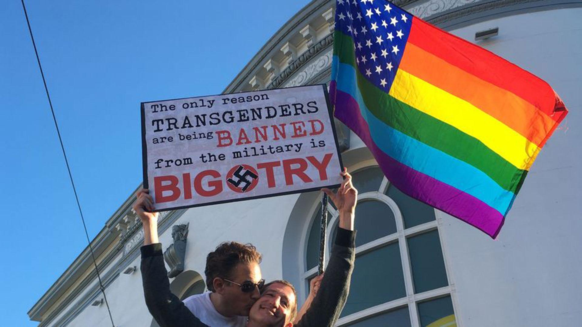 """""""La única razón por la que los transgéneros tienen prohibido el servicio militar es la intolerancia"""" (AP)"""