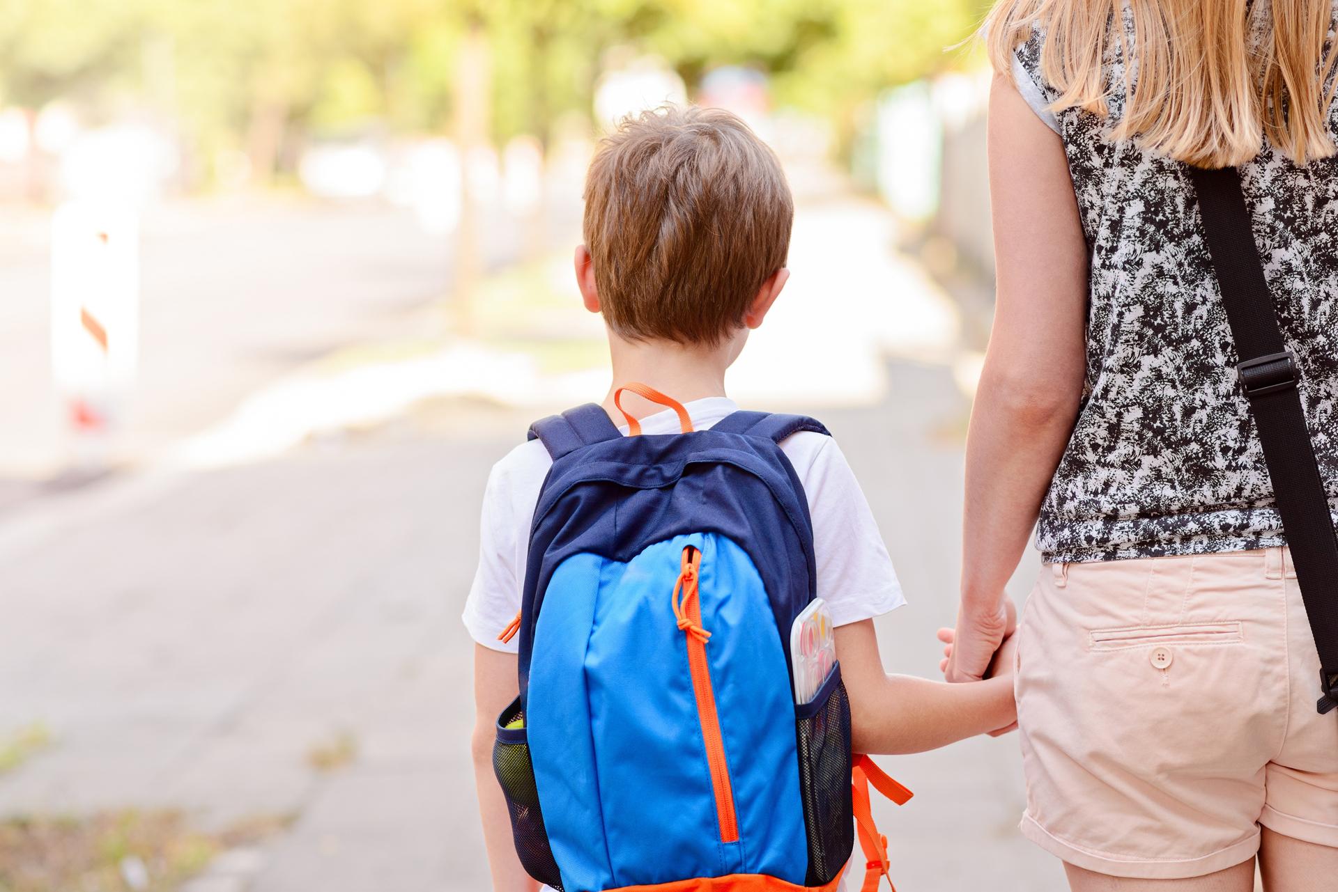 El período de 'vuelta al cole' implica cambios no solo en la rutina sino también emocionales, los adultos deben estar dispuestos a acompañar a los chicos y estar presentes en el día a día (Getty Images)