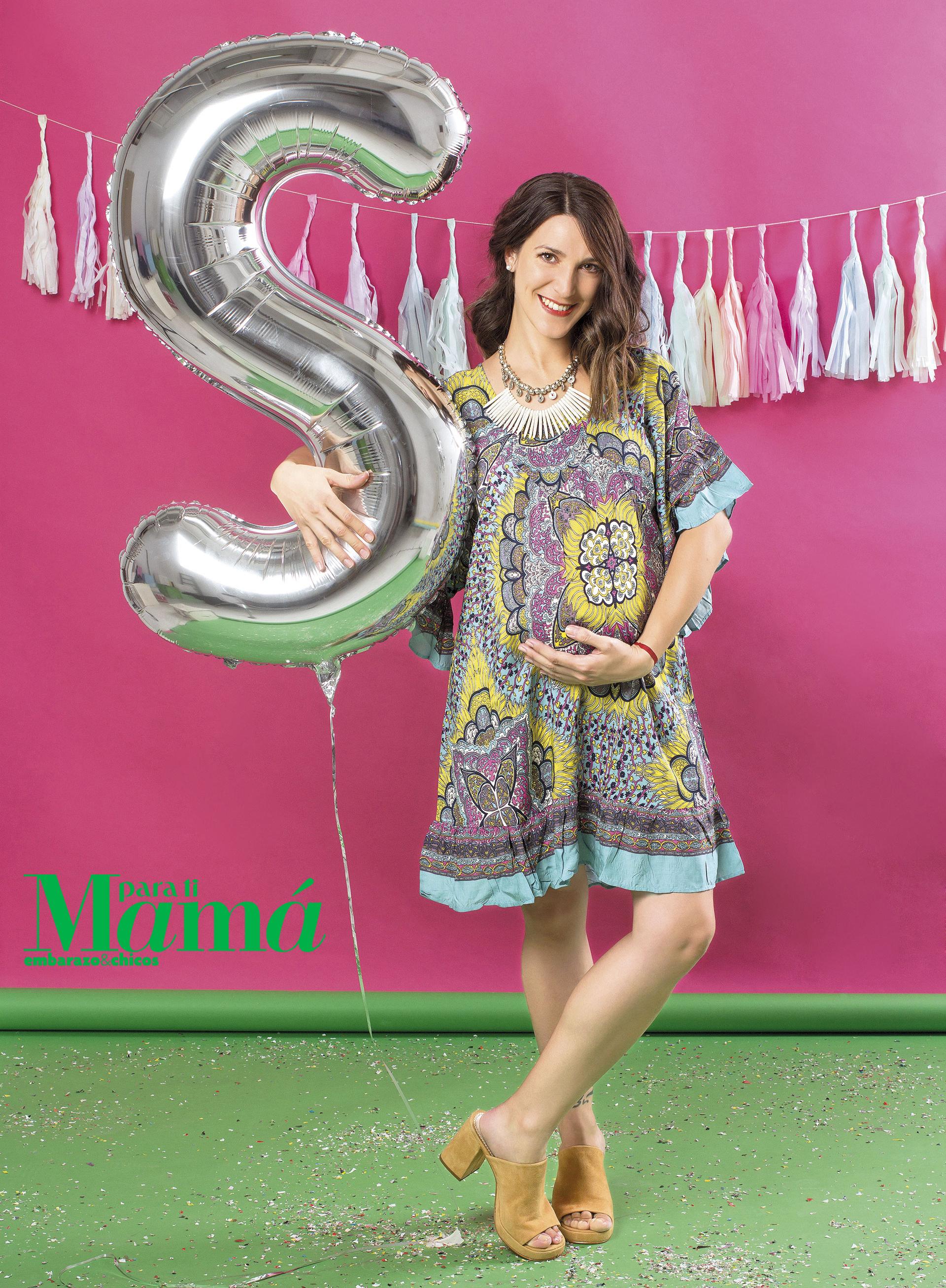 Vestidoestampado ycollar África($1.372 y $390),Maa Maternity; zuecos degamuza ($2.888),Sofi Martiré.