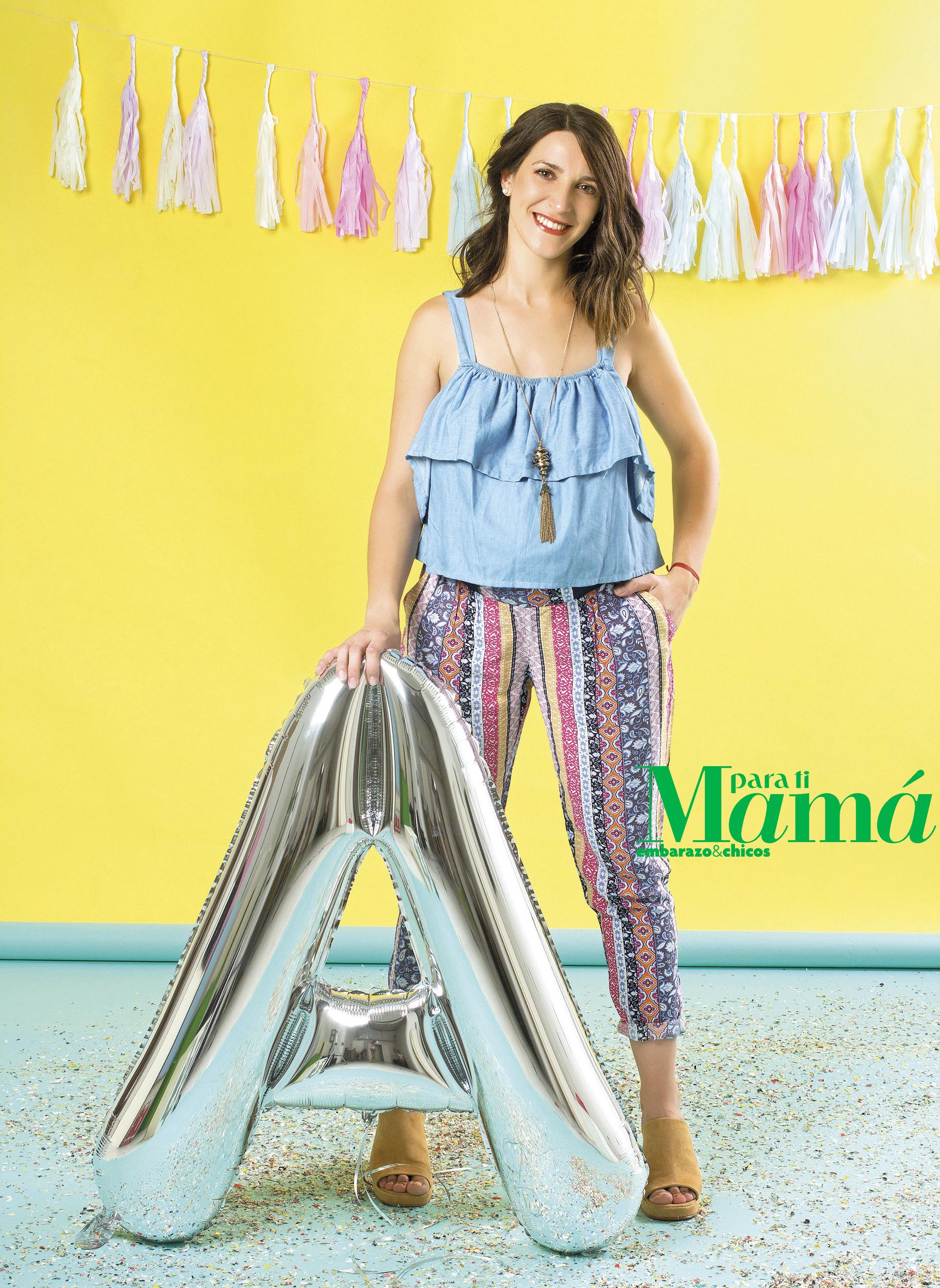 Blusa de jean con volados ($440), Ríe; pantalón tipo Bali estampado ($1.025), Maa Maternity; collarlargo ($169), Isadora.