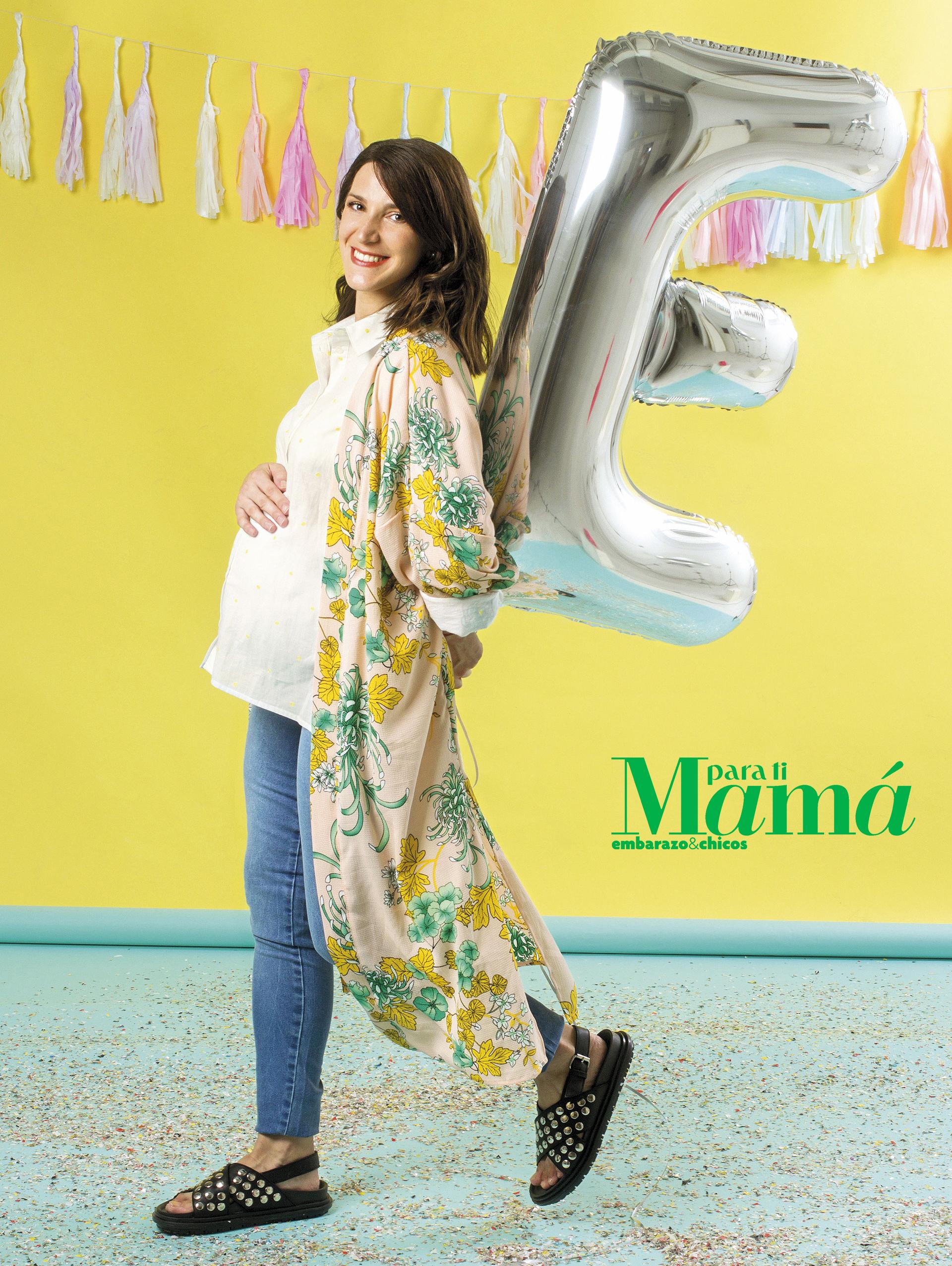 Kimono estampado($450), Not Alone;camisa blanca conpuntitos amarillos($899), Yagmour;jean ($1.575), MaaMaternity; sandaliascon tachas ($1.716),Donné.