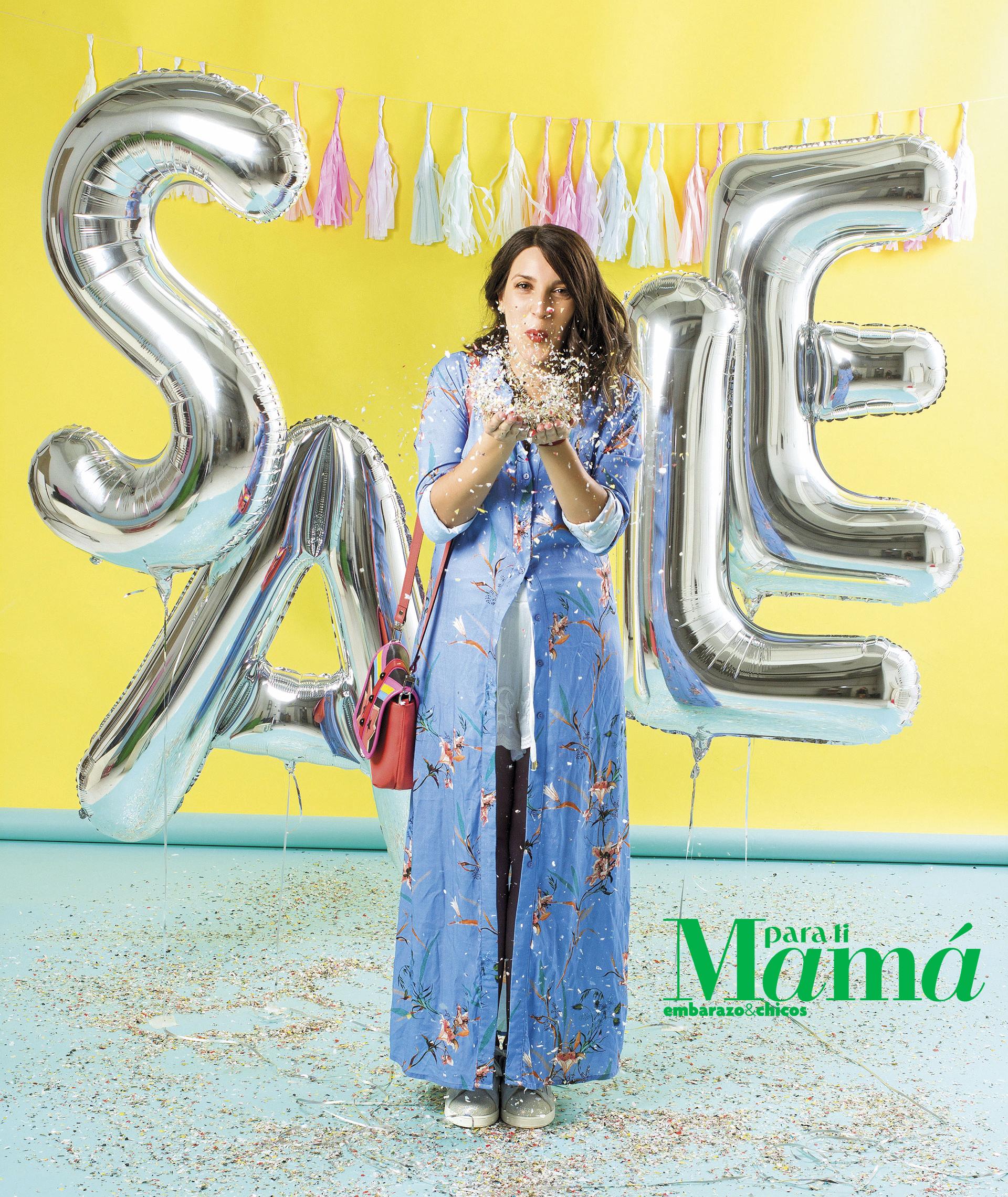 Camisa larga estampada ($1.379), Ossira;short blanco (Consultar precio), Ríe; collardorado y zapatillas plateadas($315 y $1.500), Maa Maternity.