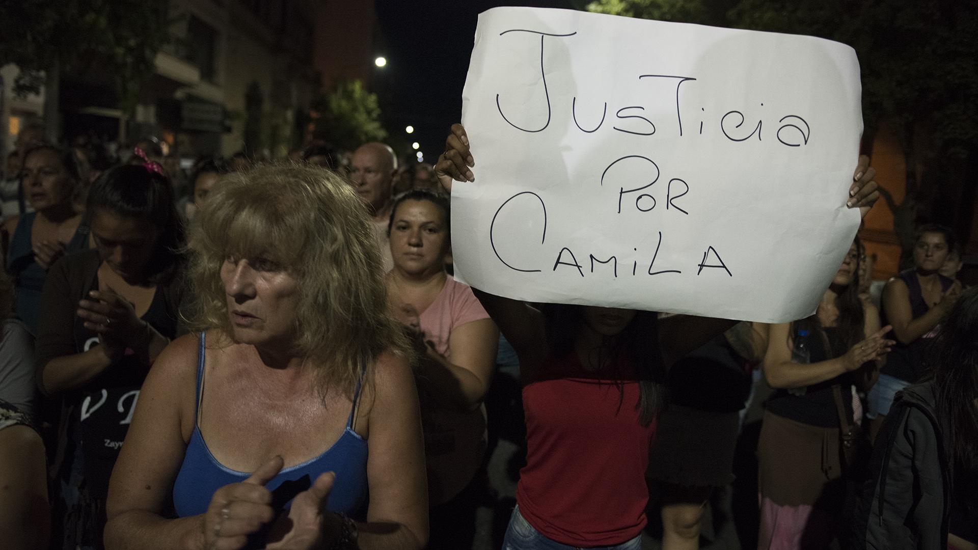 Cientos de personas marcha por las calles de la ciudad de Junin reclamando justicia por el reciente asesinato de Camila Borda. (Fotos Adrian Escandar)