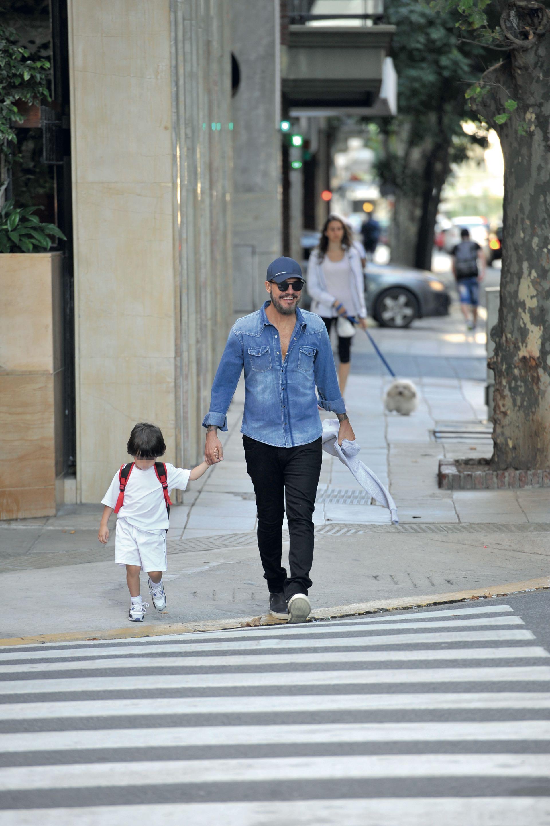 Marcelo Tinelli con Lolo camino al jardín de infantes (Fotos: Julio César Ruíz)