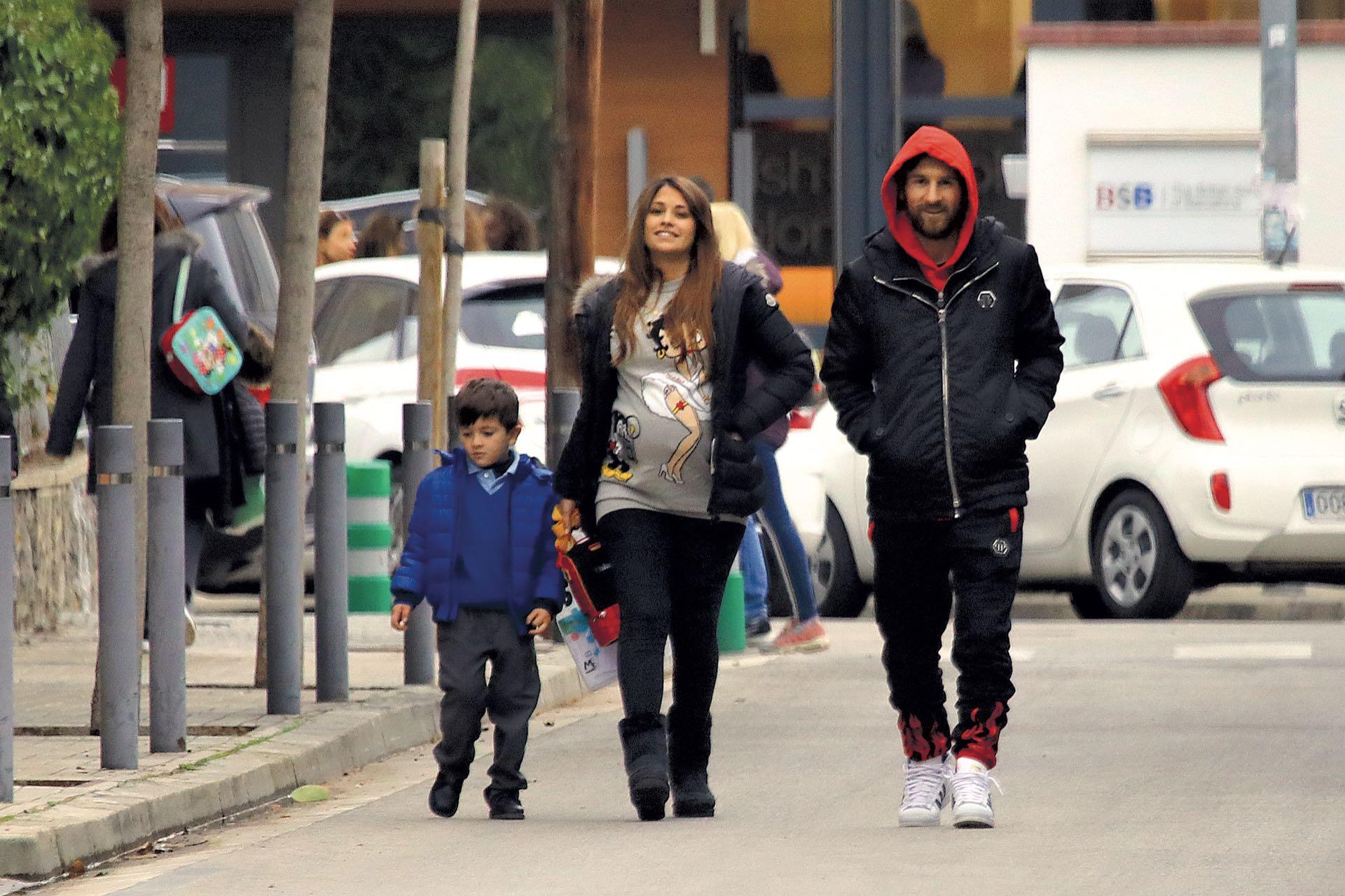 Cada vez que su agenda se lo permite, Messi va a buscar a su hijo al cole. (Foto Grosby Group)