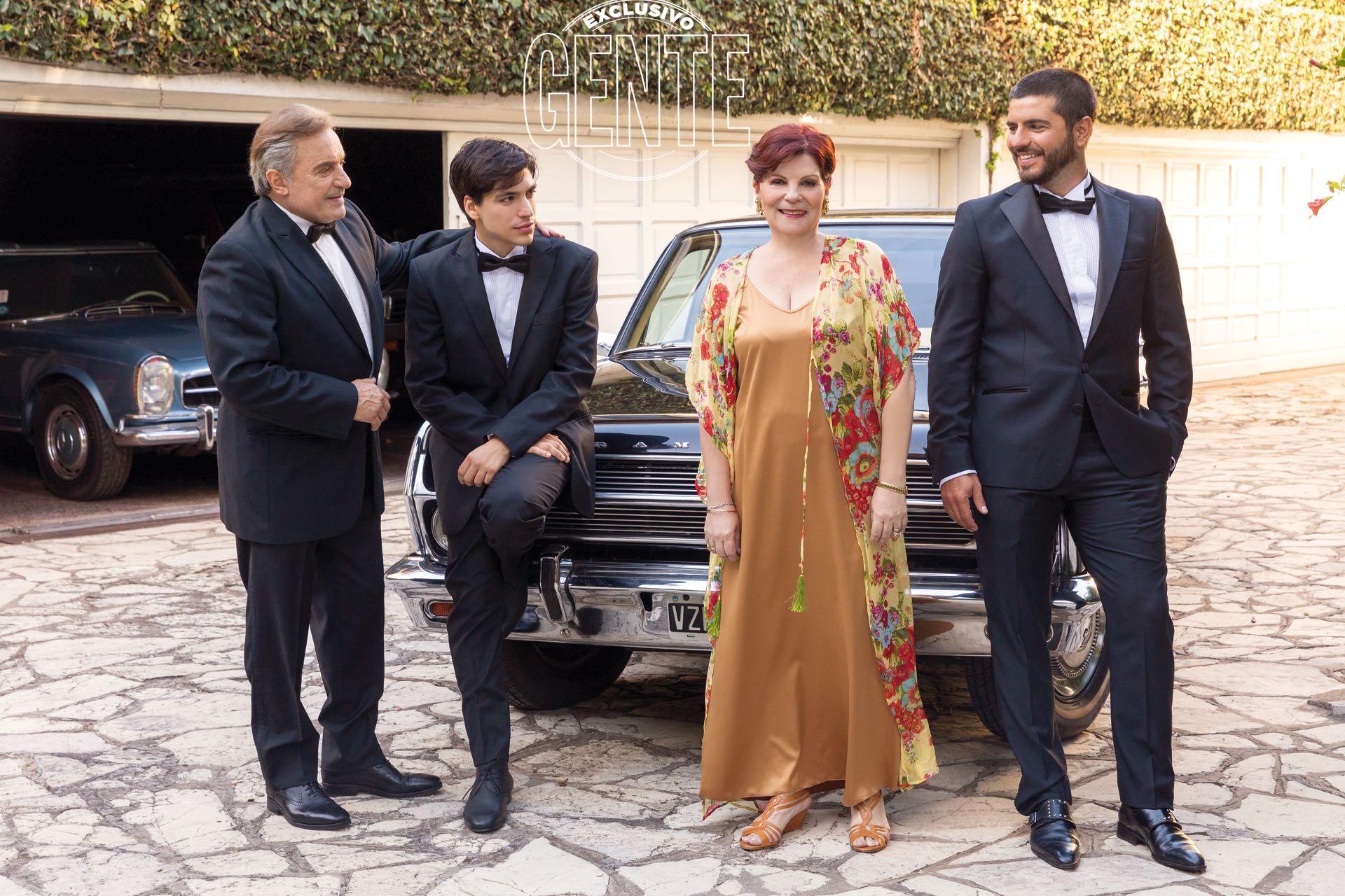 Olga junto a los galanes que interpretan a Sandro en la serie sobre su vida posan junto al auto favorito del Gitano. (Foto Christian Beliera/GENTE)