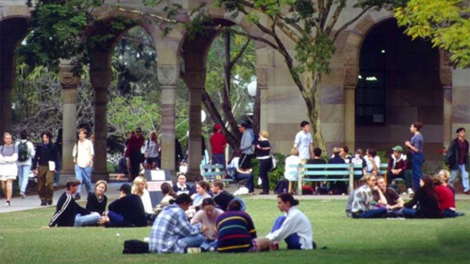 Estudiantes charlan en un universidad australiana